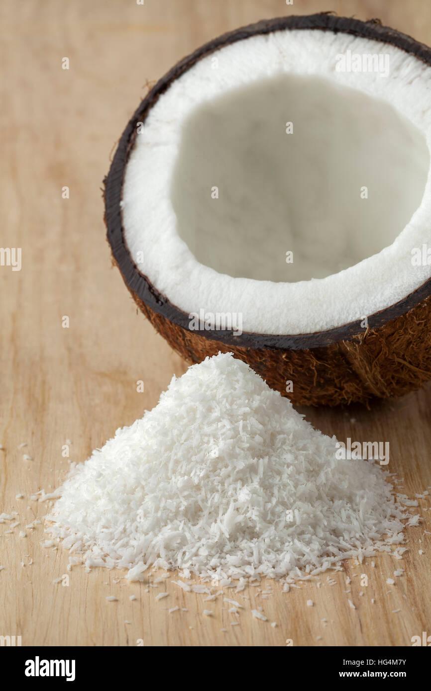 De coco avec de la noix de coco râpée blanc près de la viande Photo Stock