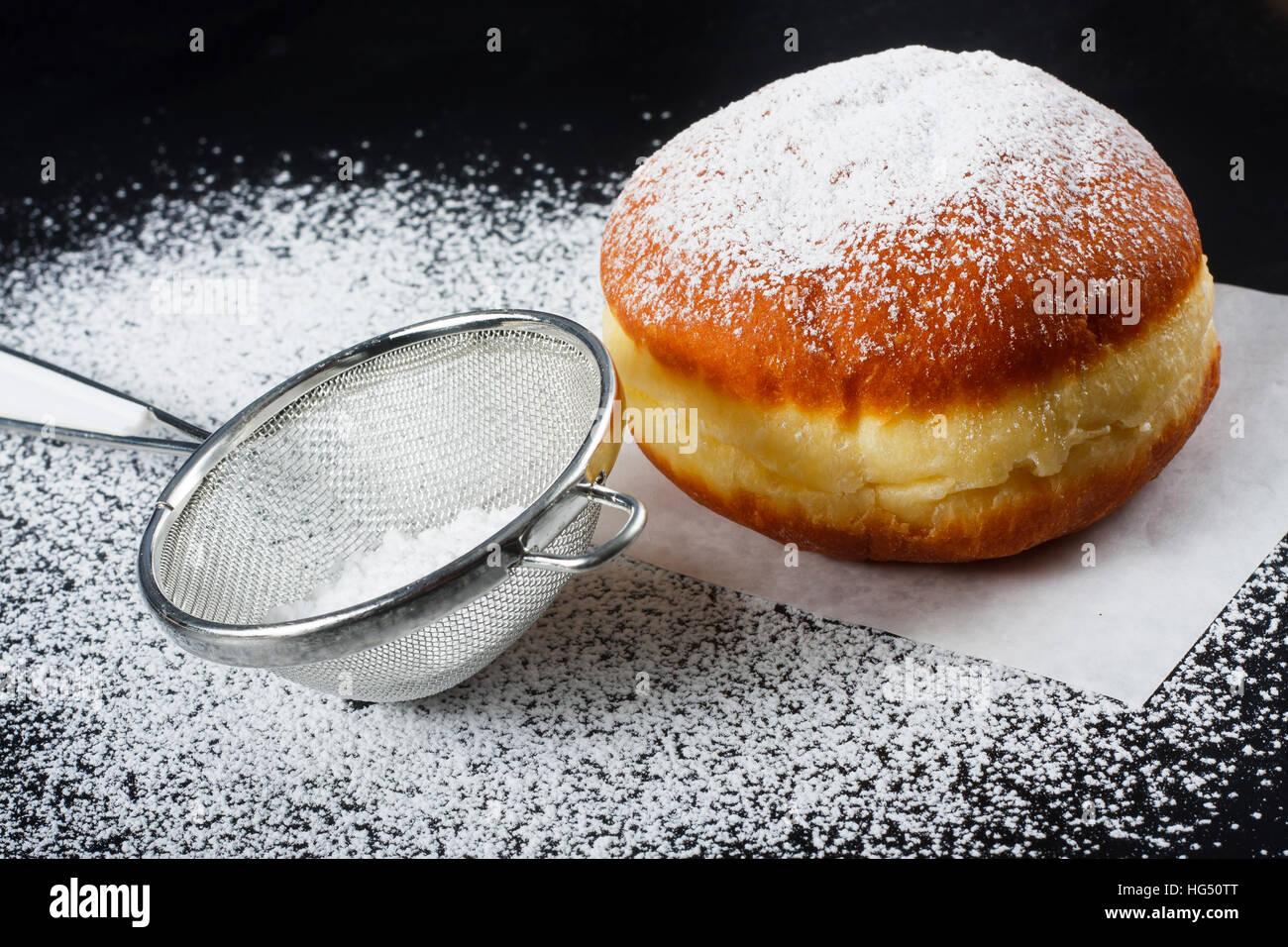 Donut et du sucre en poudre sur fond sombre Photo Stock