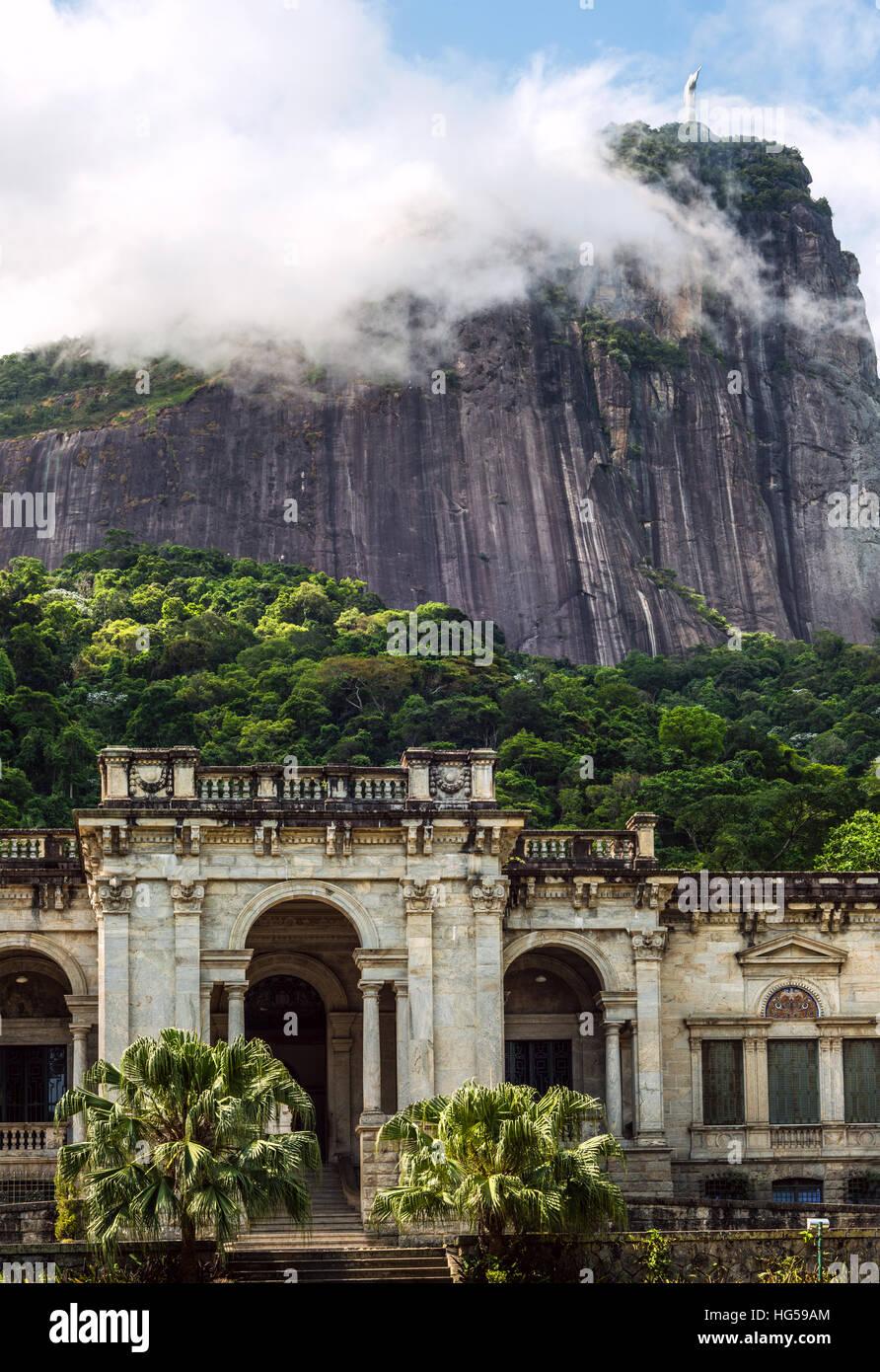 Rio de Janeiro, Brésil - le 3 janvier 2017: l'architecture italienne style dans le Parque Lage. Il est maintenant une école d'Arts Visuels de Rio de Janeiro Banque D'Images