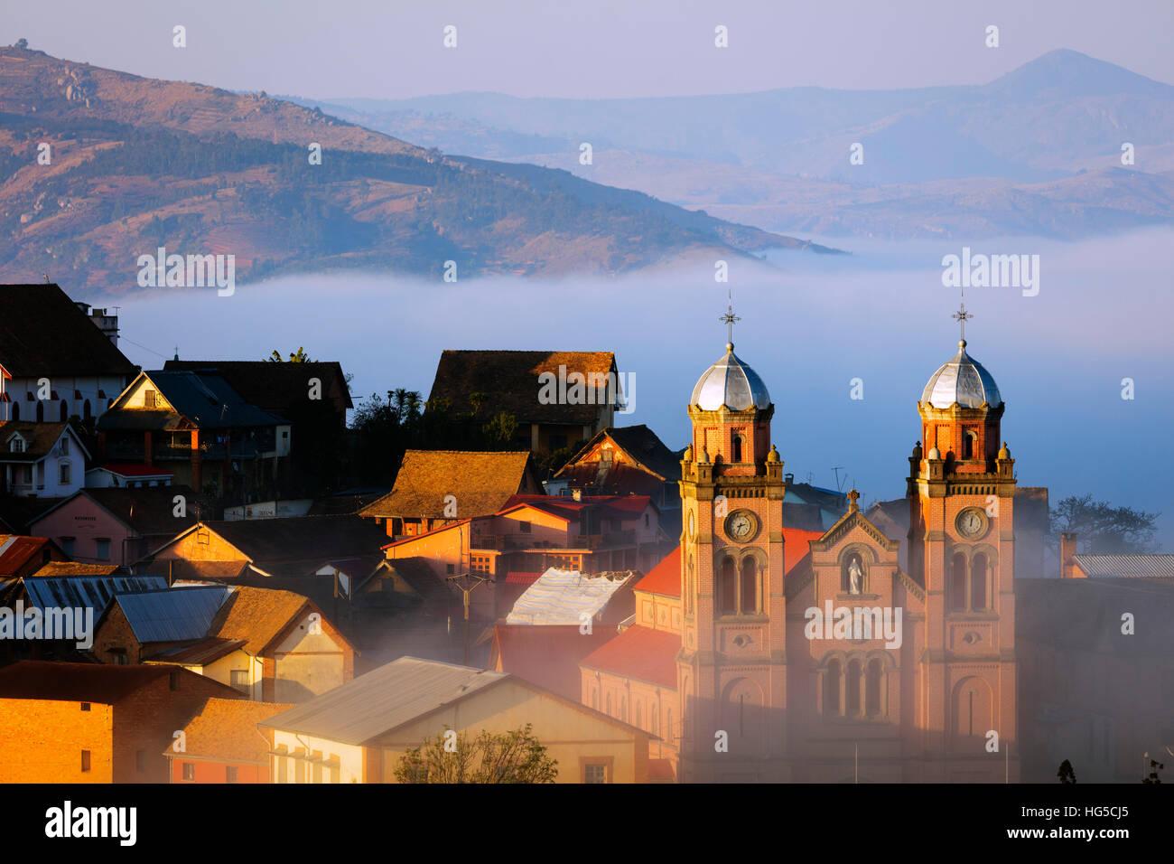 Brume matinale sur la Haute-Ville, Vieille Ville Cathédrale Ambozontany, Fianarantsoa, zone centrale Photo Stock