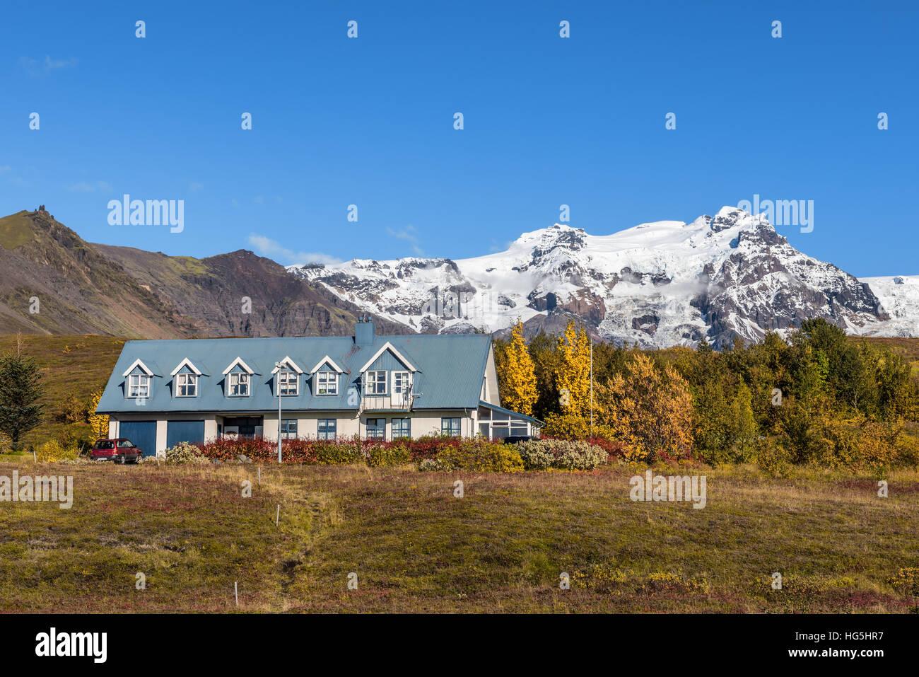 Paysage avec un accueil et des montagnes enneigées en arrière-plan. Photo Stock