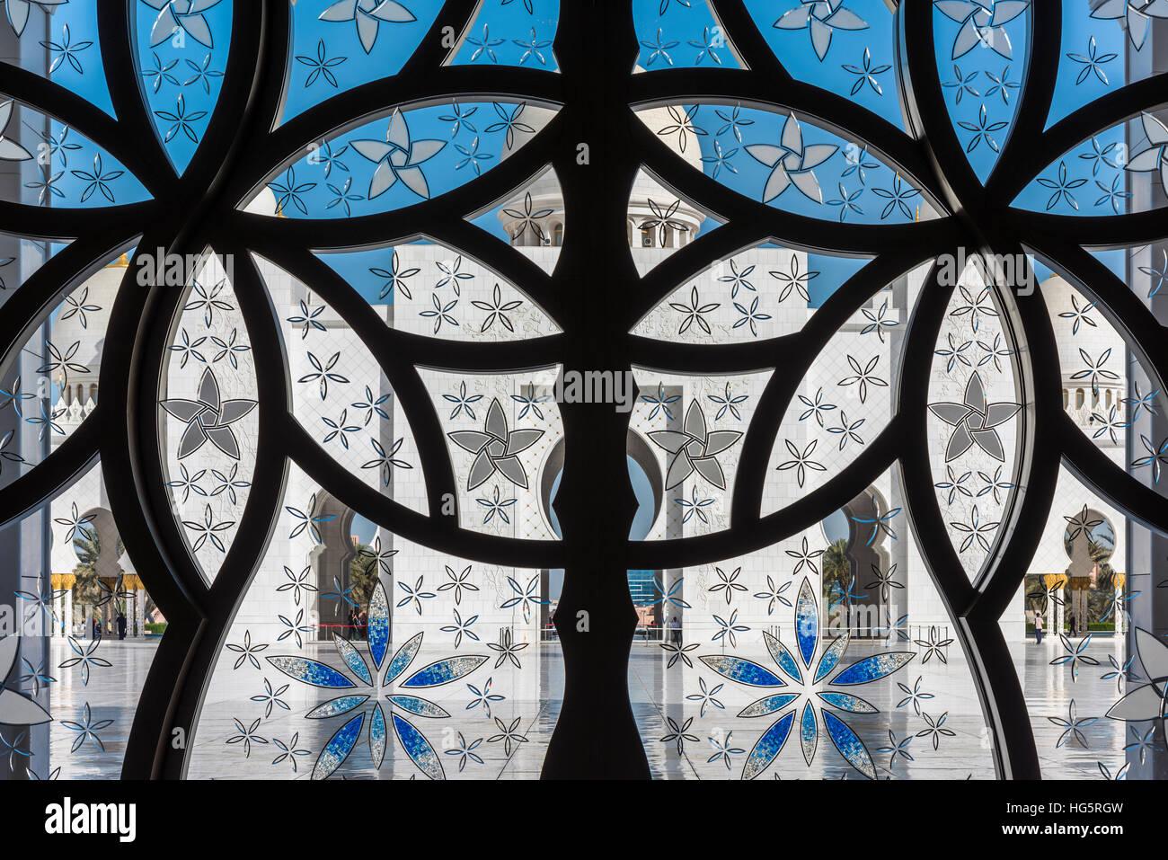 Cour intérieure de la mosquée Sheikh Zayed vu à travers un verre intérieur décoré, Photo Stock