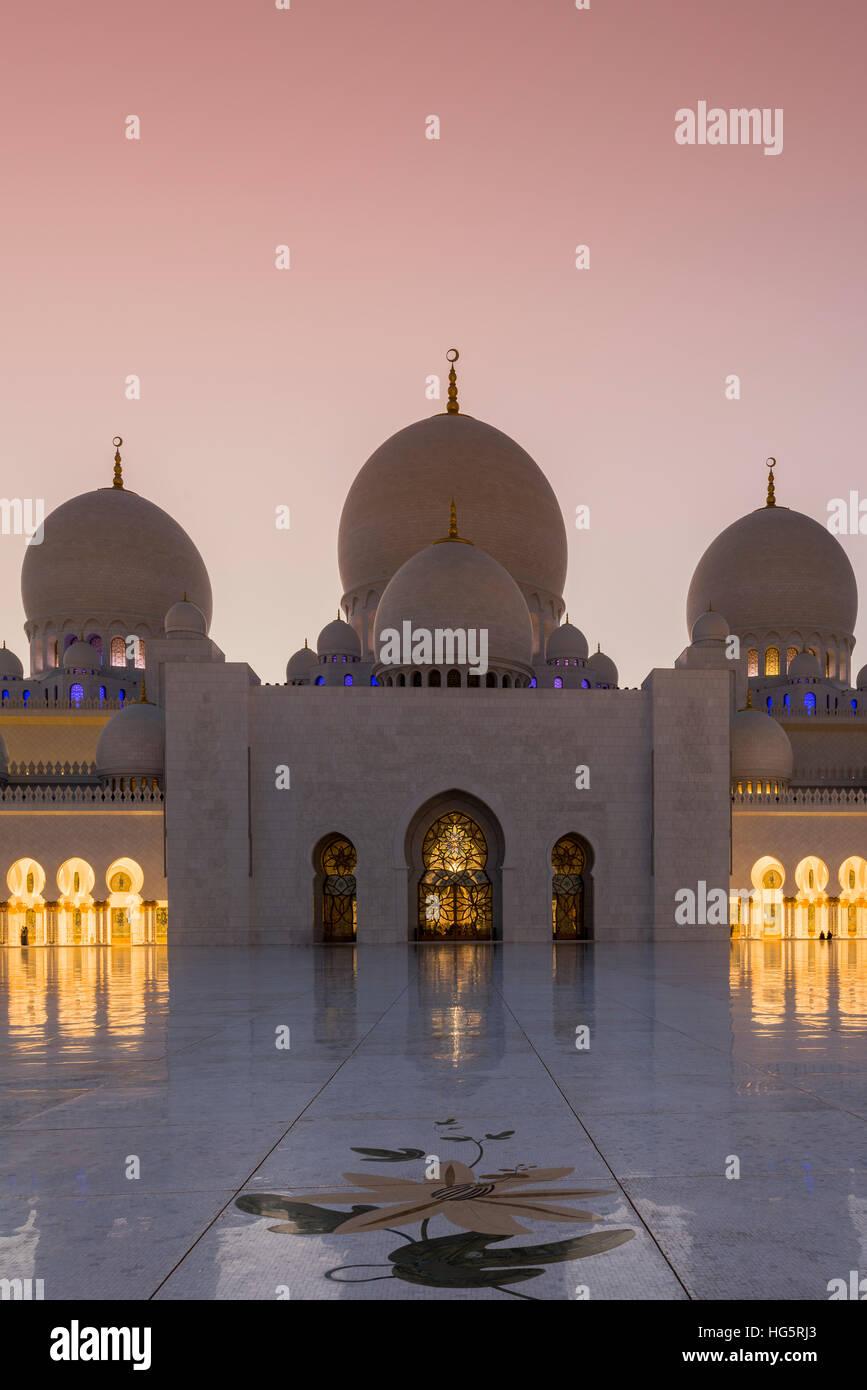 La Mosquée Sheikh Zayed au coucher du soleil, Abu Dhabi, Émirats Arabes Unis Banque D'Images