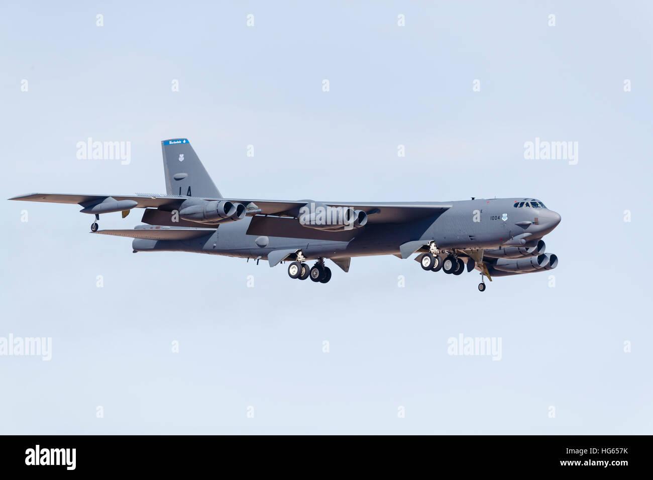 L'US Air Force UN B-52H Stratofortress se prépare pour l'atterrissage. Banque D'Images
