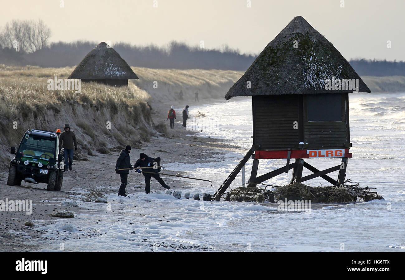 Graal-Mueritz, Allemagne. 05 Jan, 2017. Regardez les travailleurs fortement endommagé la tour de sauvetage Photo Stock