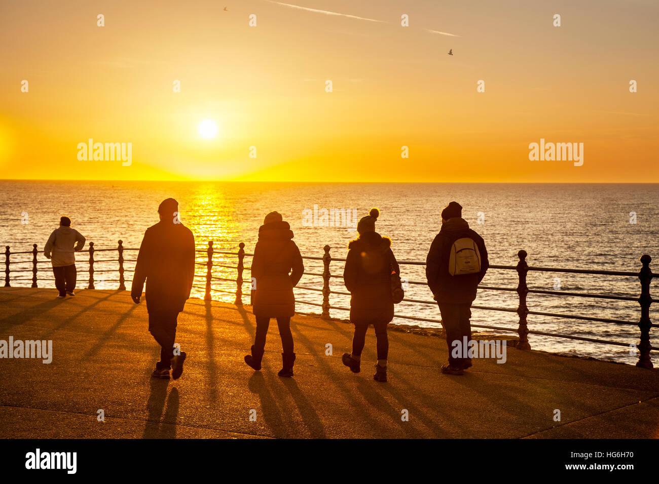 Promenade promenade côtière, coucher de soleil, les gens, l'ombre, marcher, silhouette, ciel, personne, Photo Stock