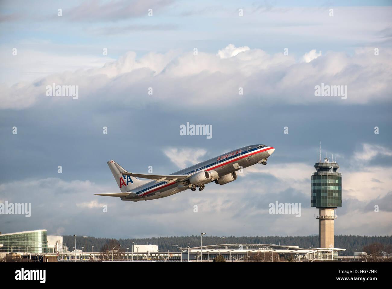 American Airlines Boeing 737-823 en vol après le décollage de l'aéroport international de Vancouver. Photo Stock