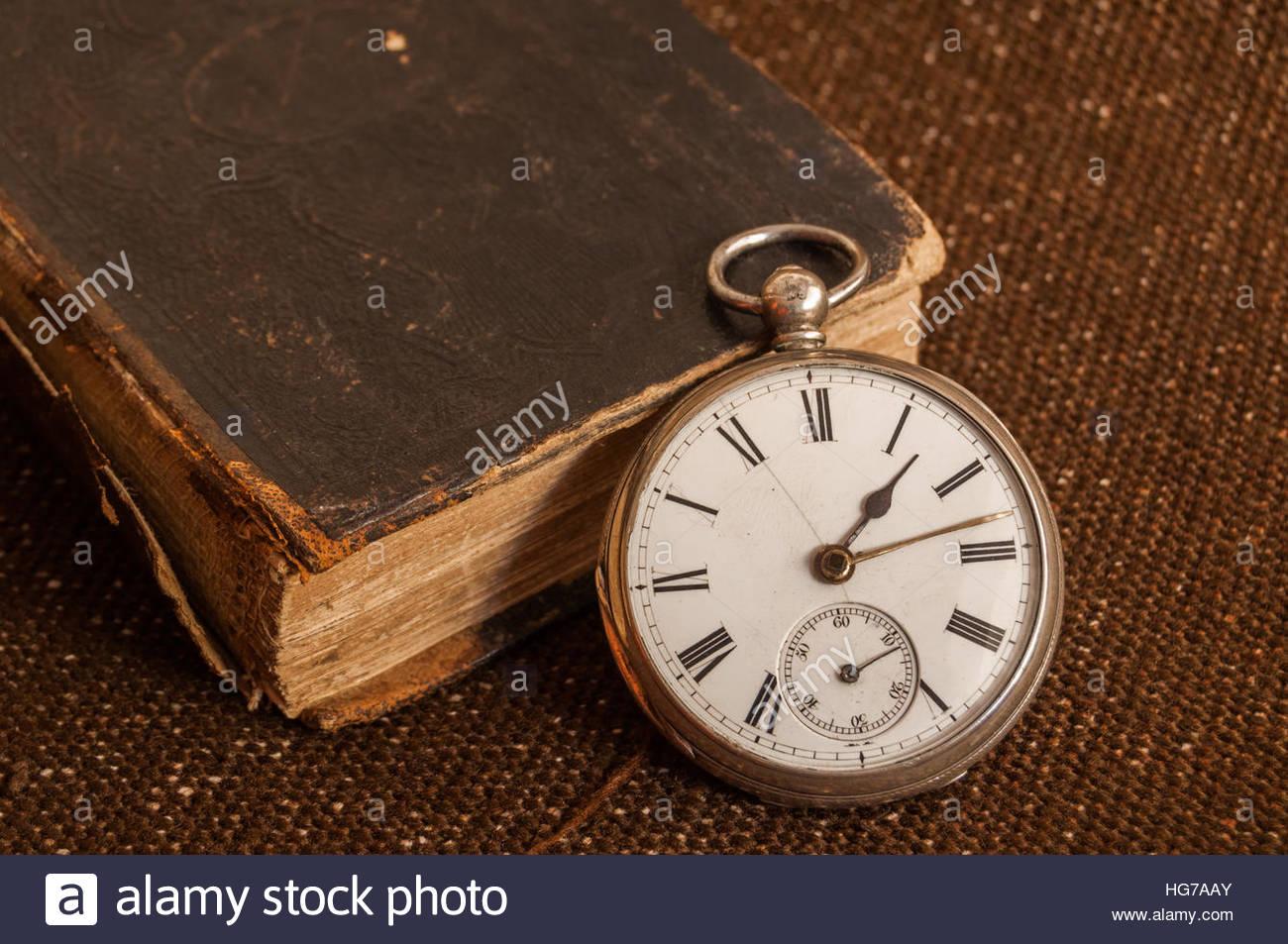 Très vieille montre de poche en argent sterling sur une vieille Bible Photo Stock