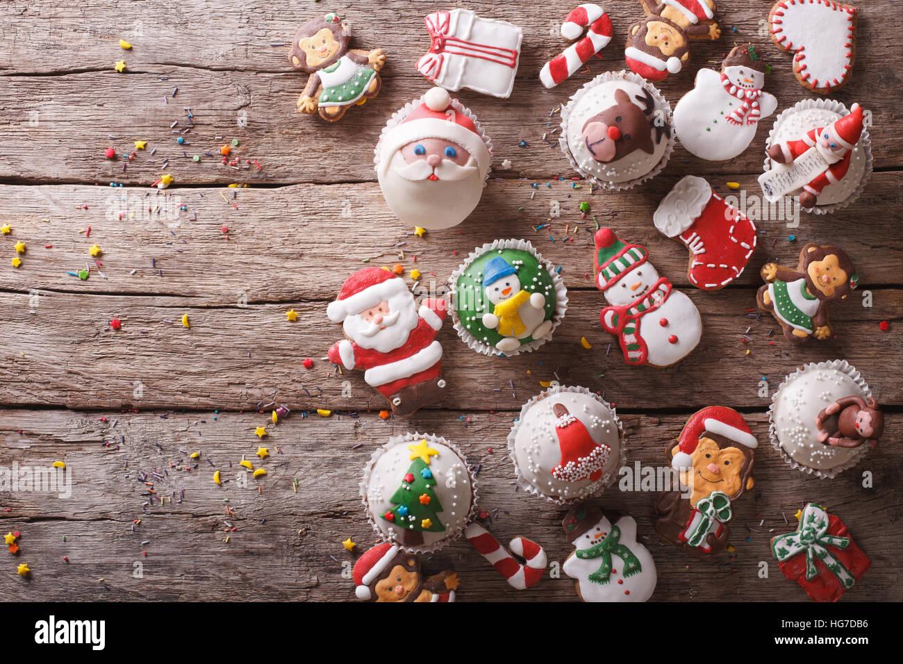 Arrière-plan de friandises de Noël sur une table de bois horizontal. Vue de dessus Photo Stock
