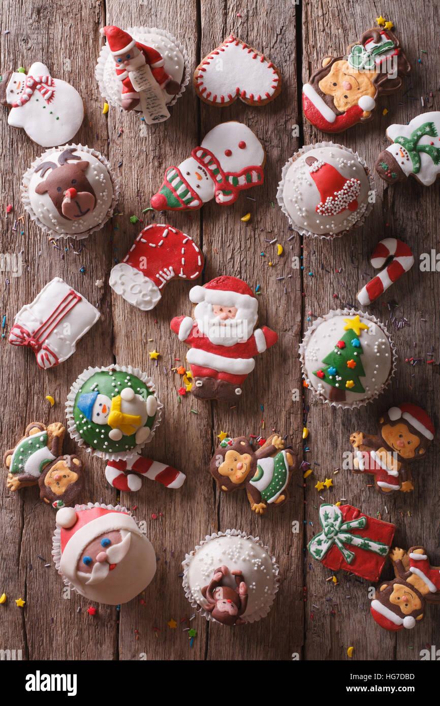 Arrière-plan de friandises de Noël Gros plan sur une table en bois vertical Vue de dessus. Photo Stock