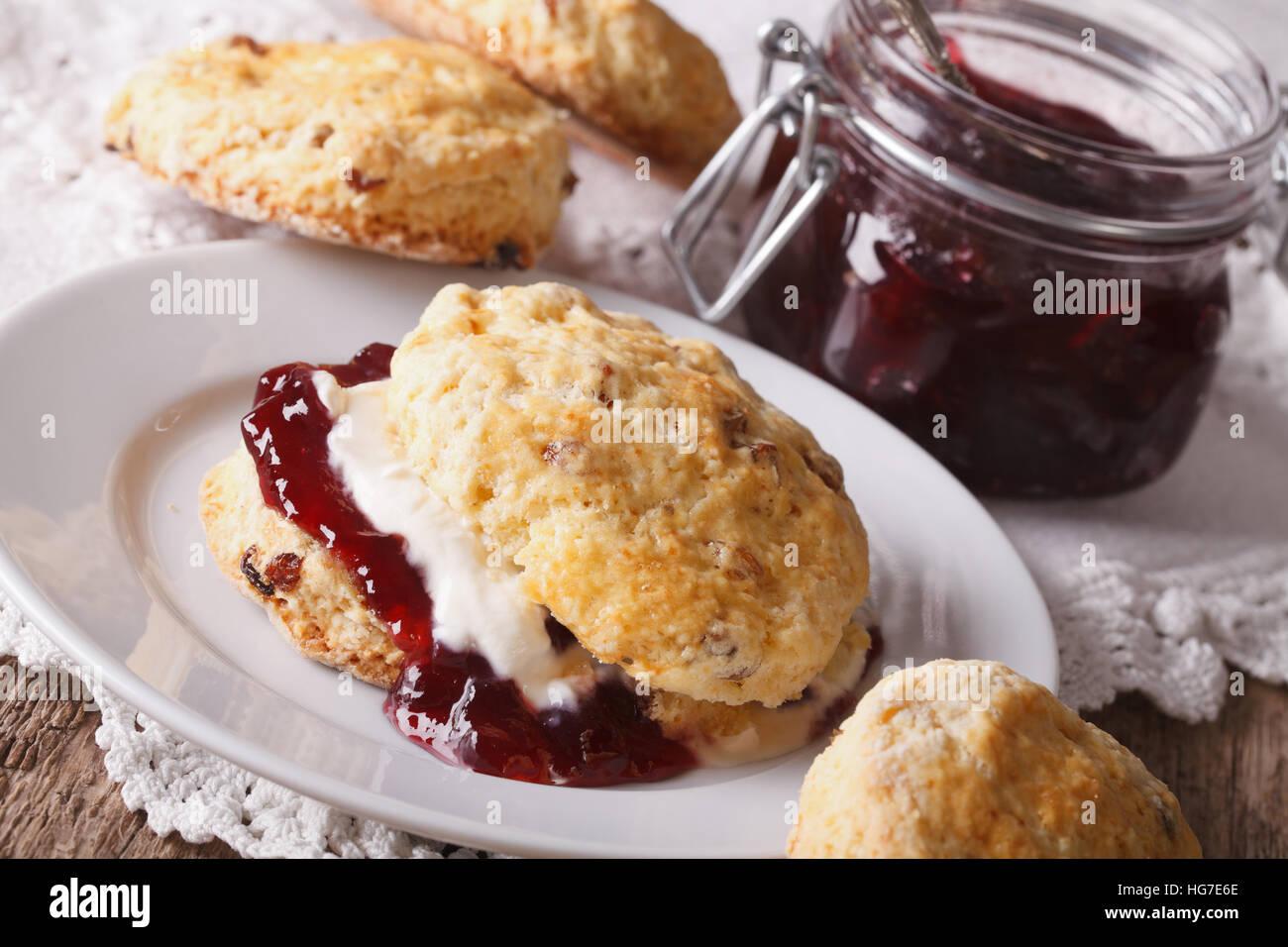 British scones avec confiture de fruits et crème fouettée close-up sur la table. L'horizontale Photo Stock