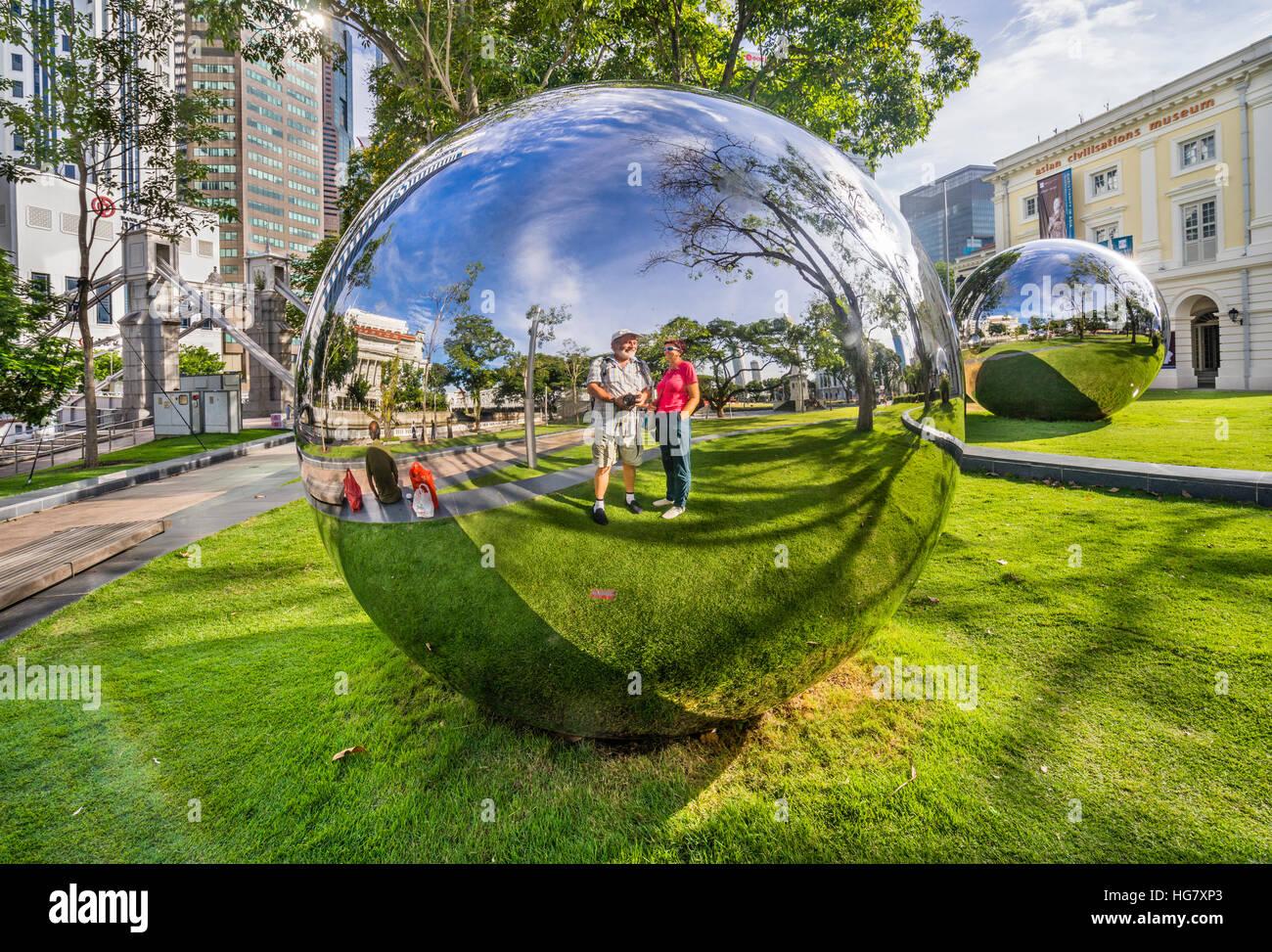 Singapour, Empress Place, l'Art Public Trust, l'acier inoxydable boules miroirs par Baet Yeol Kuan feront Photo Stock