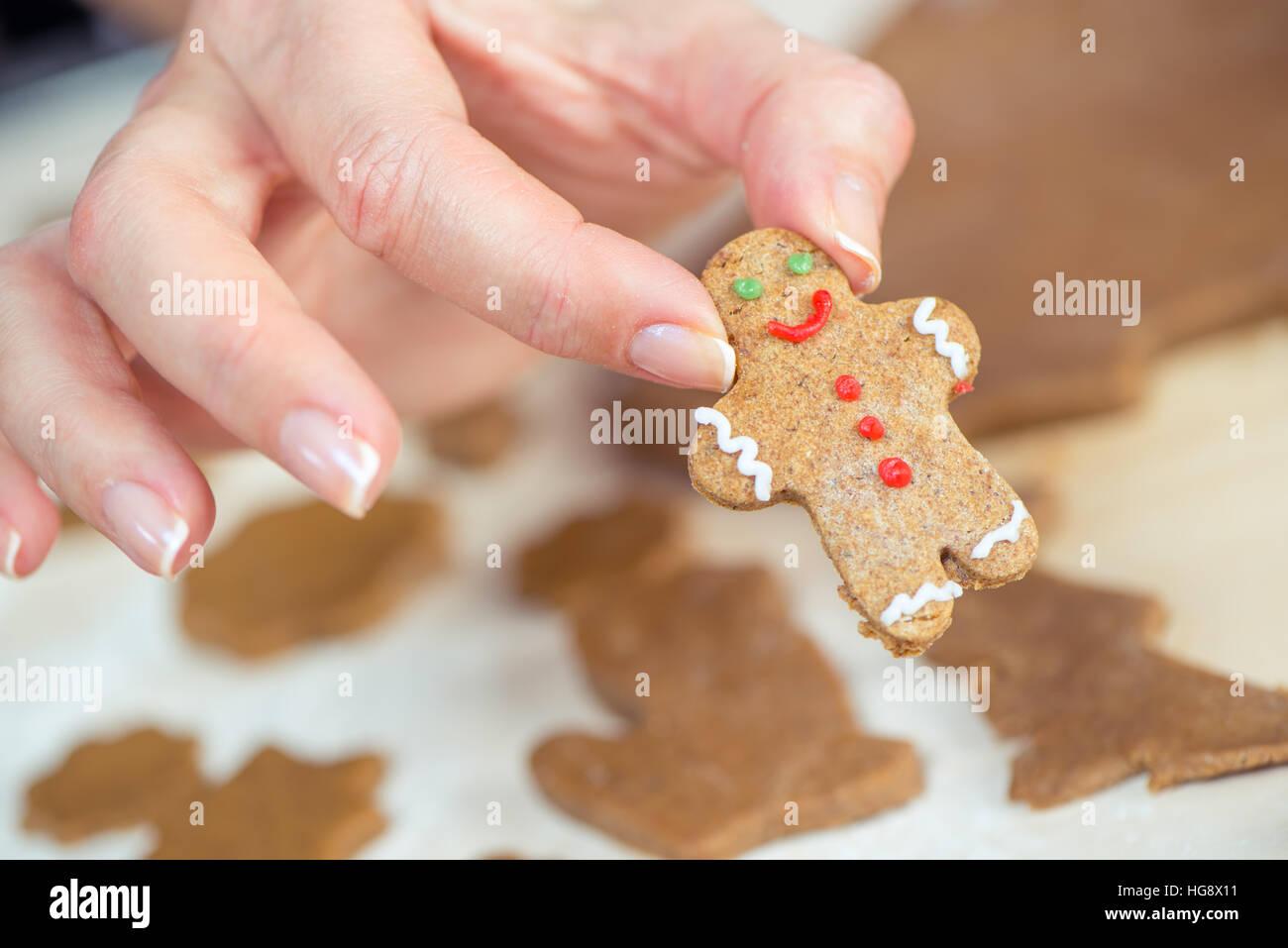 Vue partielle sur femme hand holding cute gingerbread man cookie Photo Stock