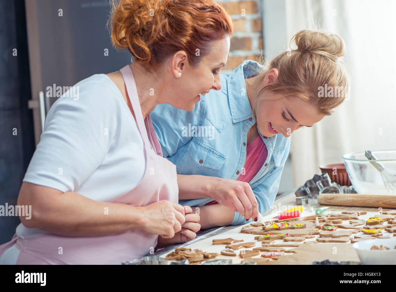 Mère et fille making Christmas Cookies in kitchen Photo Stock