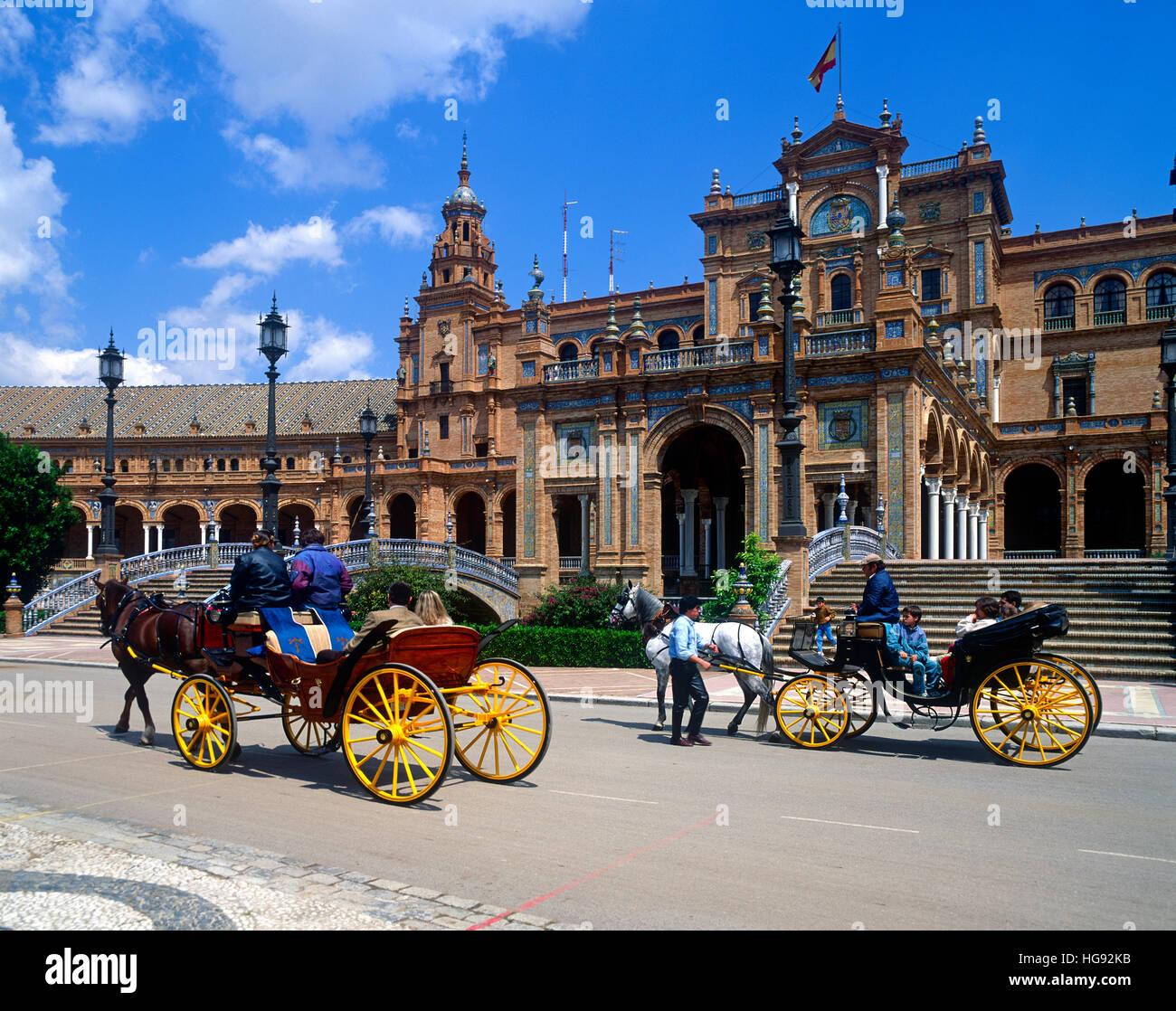 Les touristes en calèche à la Plaza de España, Séville, Andalousie, Andalousie, Espagne Photo Stock