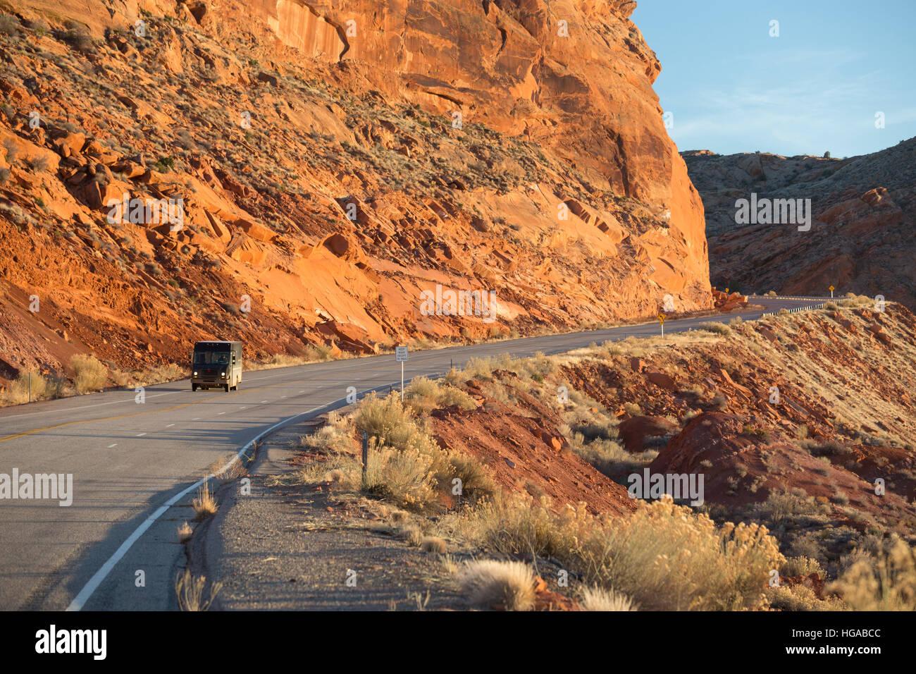 Bluff, Utah - un camion de livraison d'UPS sur l'US Highway 163, traversant Comb Ridge dans les Oreilles Photo Stock