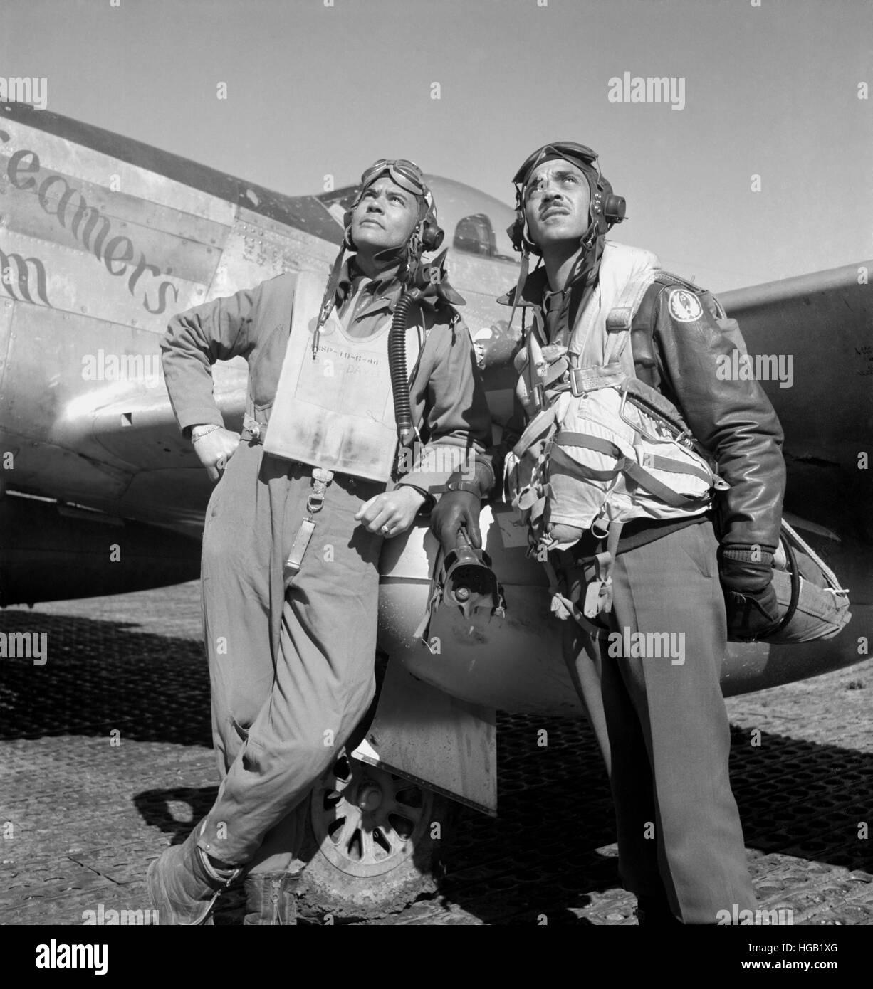 Aviateurs Tuskegee posant avec un P-51D'avion. Photo Stock