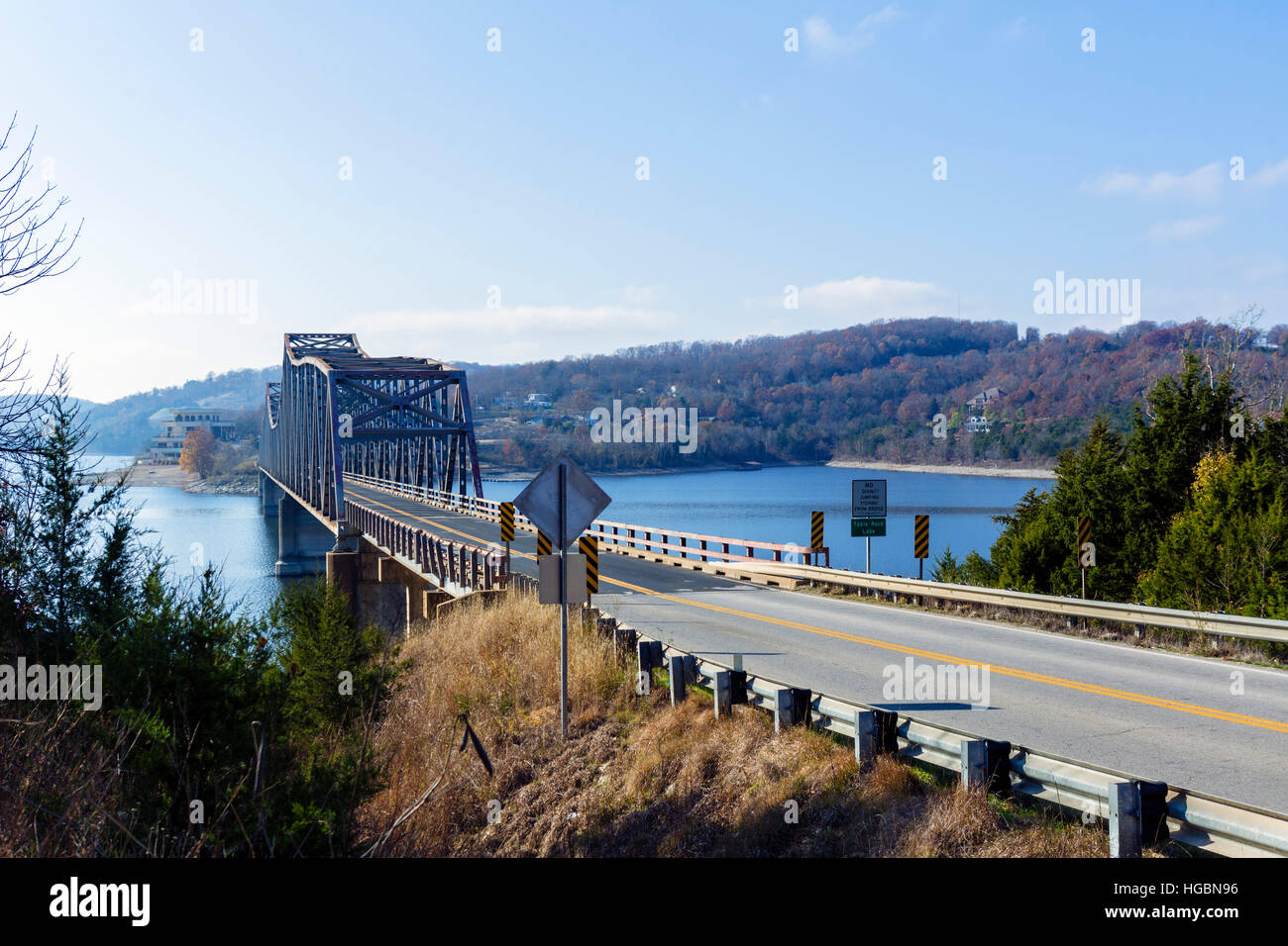 Pont sur le MO-86 crossing Table Rock Lake, Ridgedale, Ozarks, Missouri, États-Unis Photo Stock