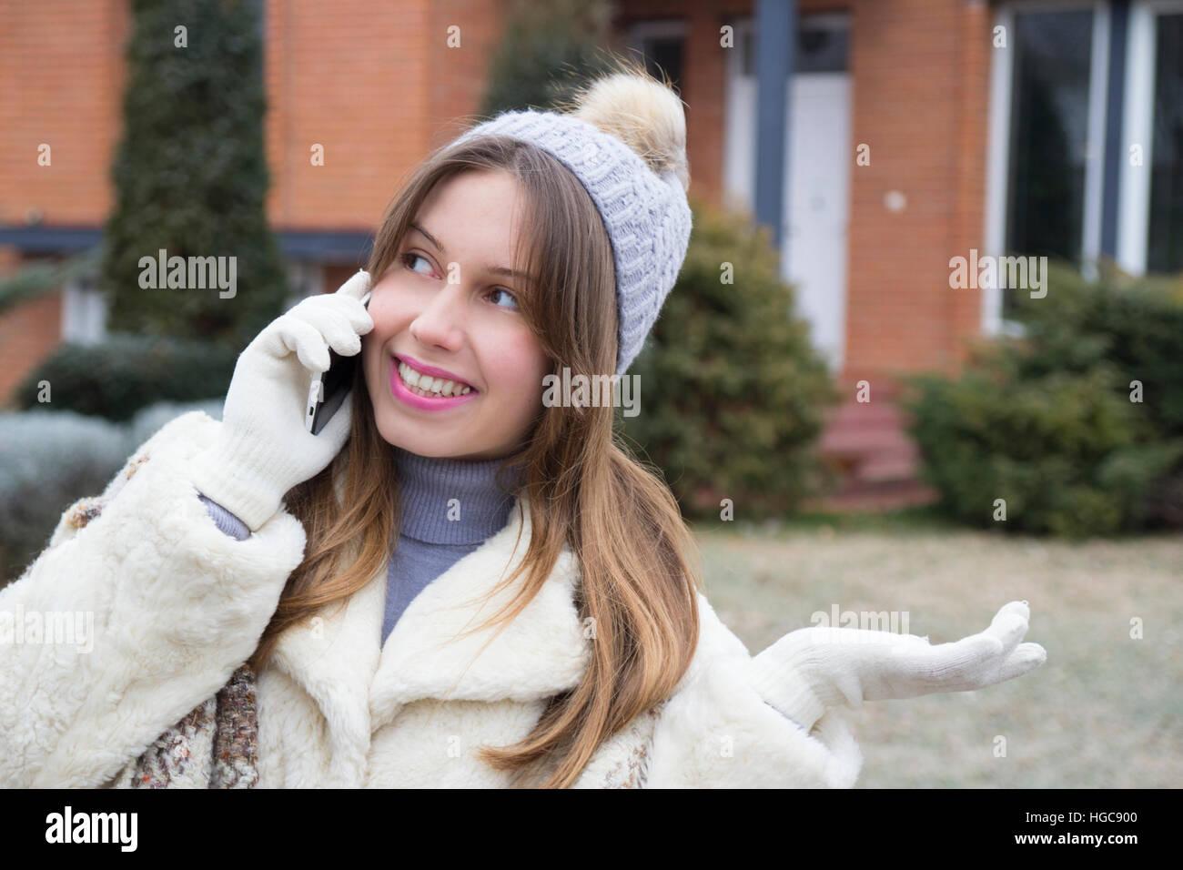 Jeune fille en conversation sur le téléphone mobile et la marche Photo Stock
