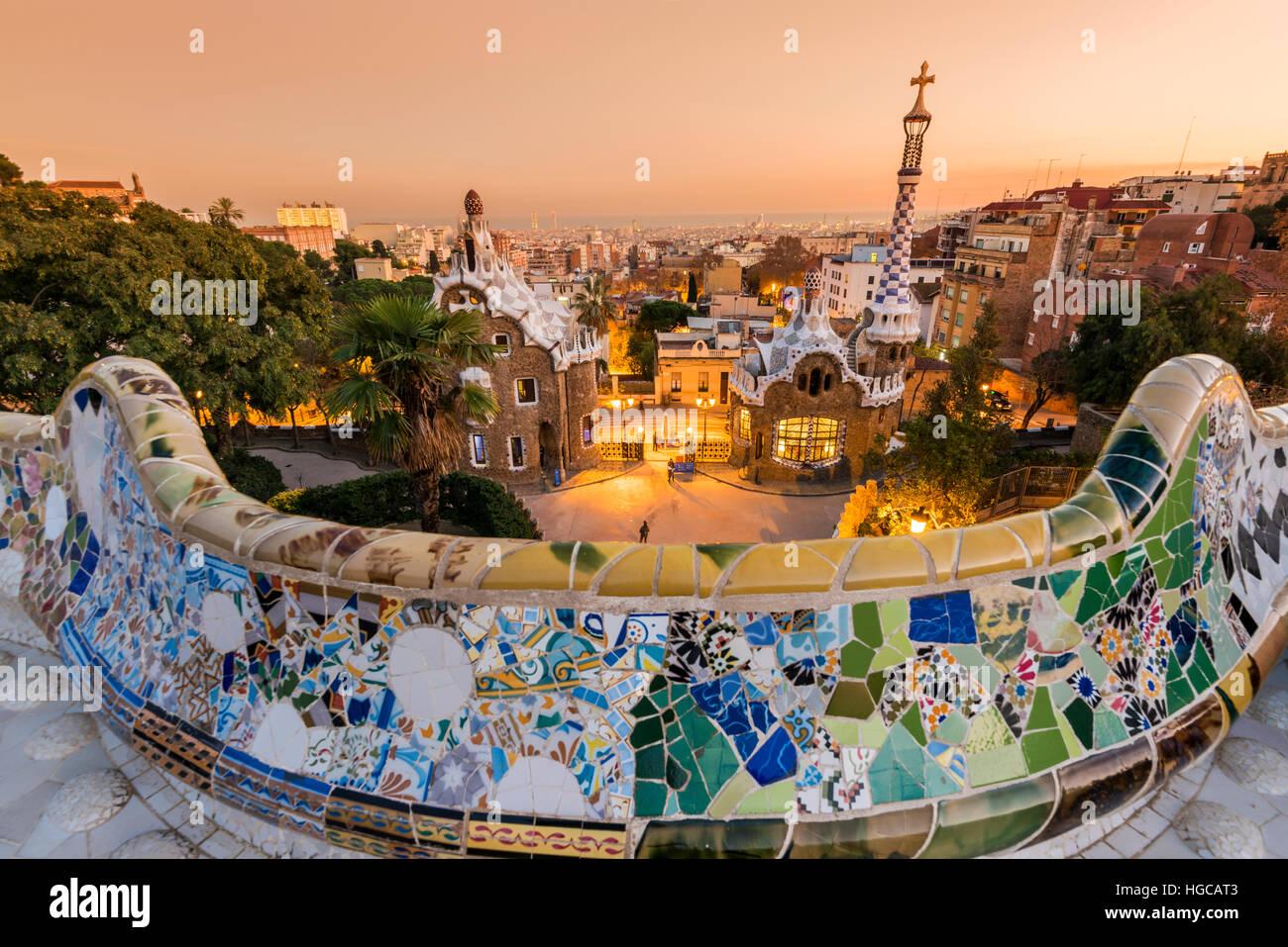 Parc Guell avec derrière les toits de la ville au coucher du soleil, Barcelone, Catalogne, Espagne Photo Stock