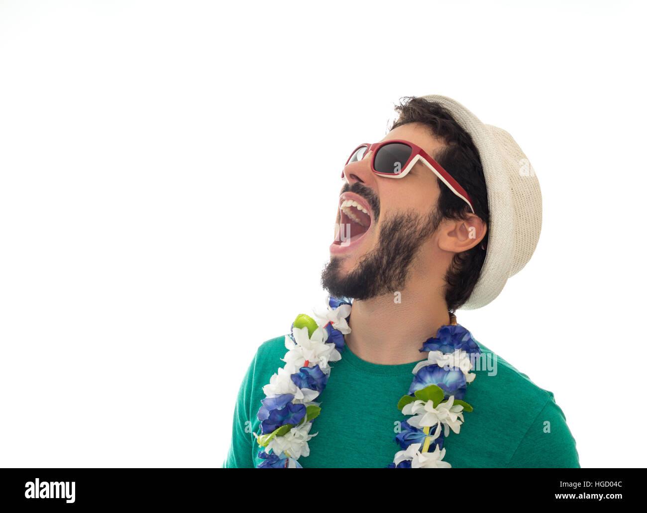 Jeune homme prêt pour les festivités. Porter des lunettes, chapeau et collier de fleurs. Arrière Photo Stock