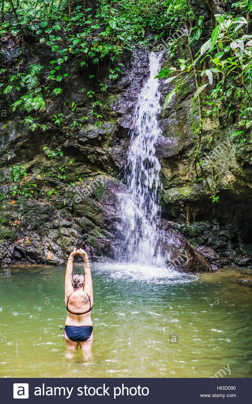 Les femmes d'âge moyen à la chute d'eau naturelle dans la jungle du Costa Rica, costa rica, Amérique Photo Stock
