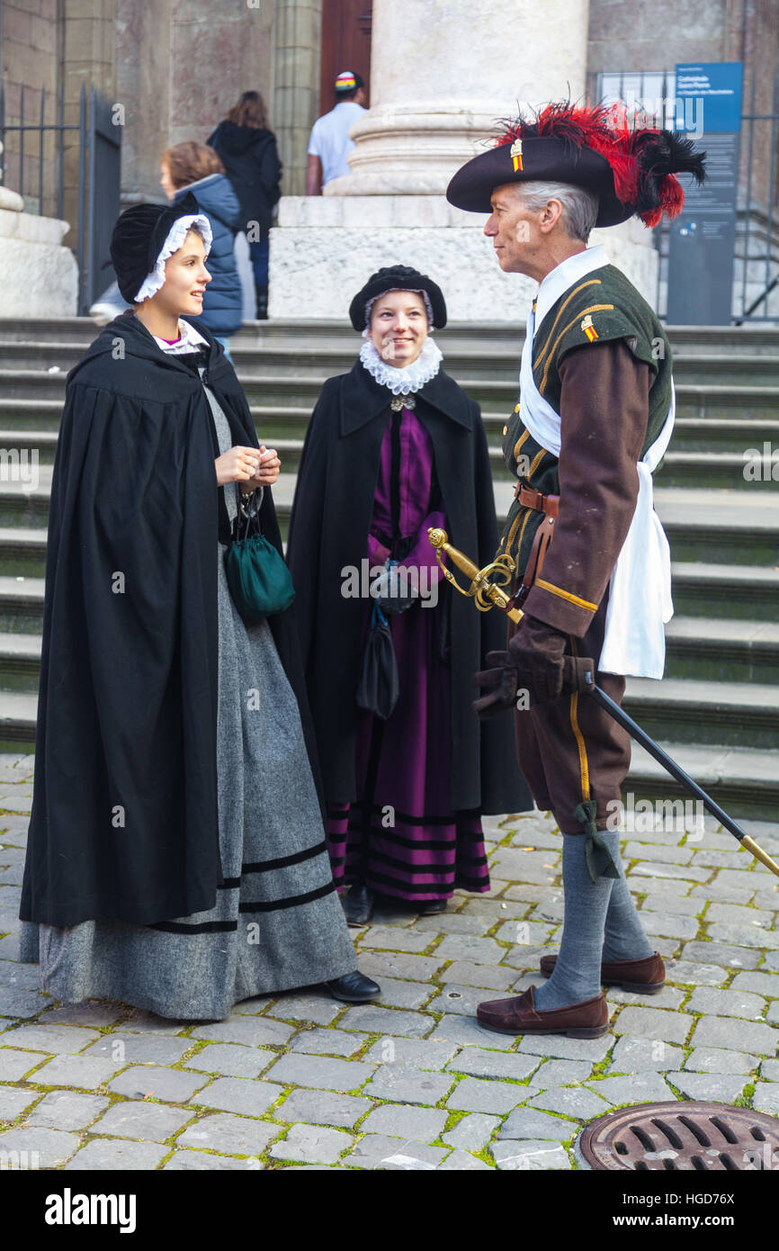 Homme avec deux jeunes femmes en costume pour l Escalade à Genève ... e62ba247edc