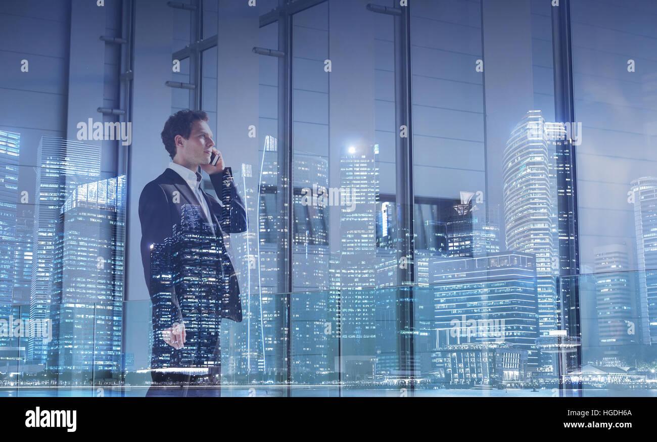 Concept de communication d'entreprise, opportunité de carrière, homme d'appeler par téléphone, Photo Stock