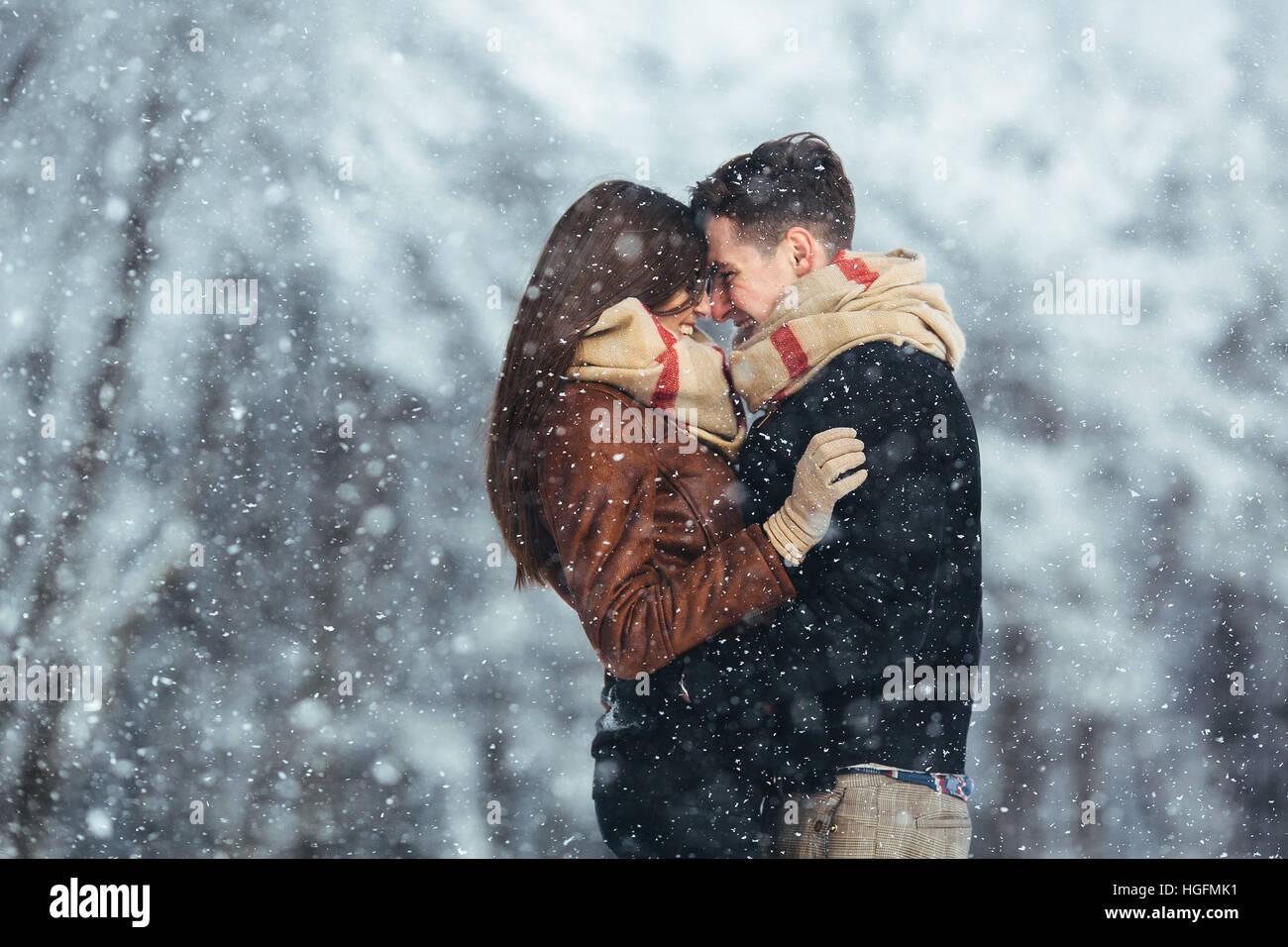 Couple heureux dans snow park Photo Stock