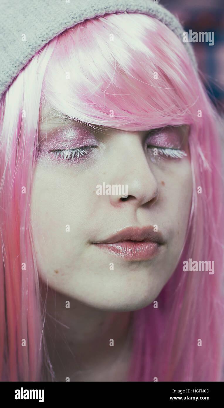 Portrait d'une jeune femme aux cheveux roses et ses yeux fermé comme elle rêve Photo Stock