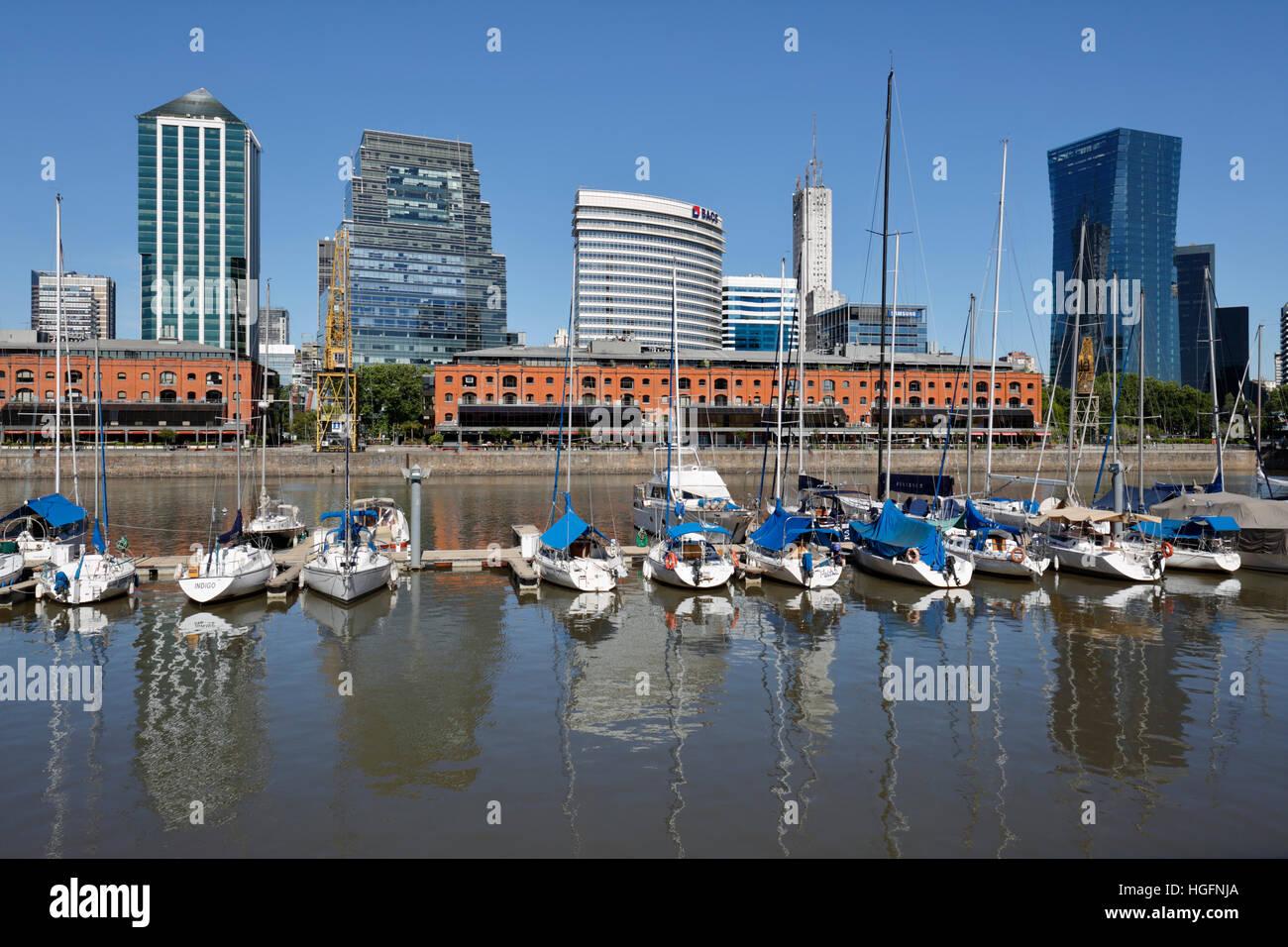 Anciens entrepôts et immeubles de bureaux à partir de la marina de Puerto Madero, San Telmo, Buenos Aires, Photo Stock