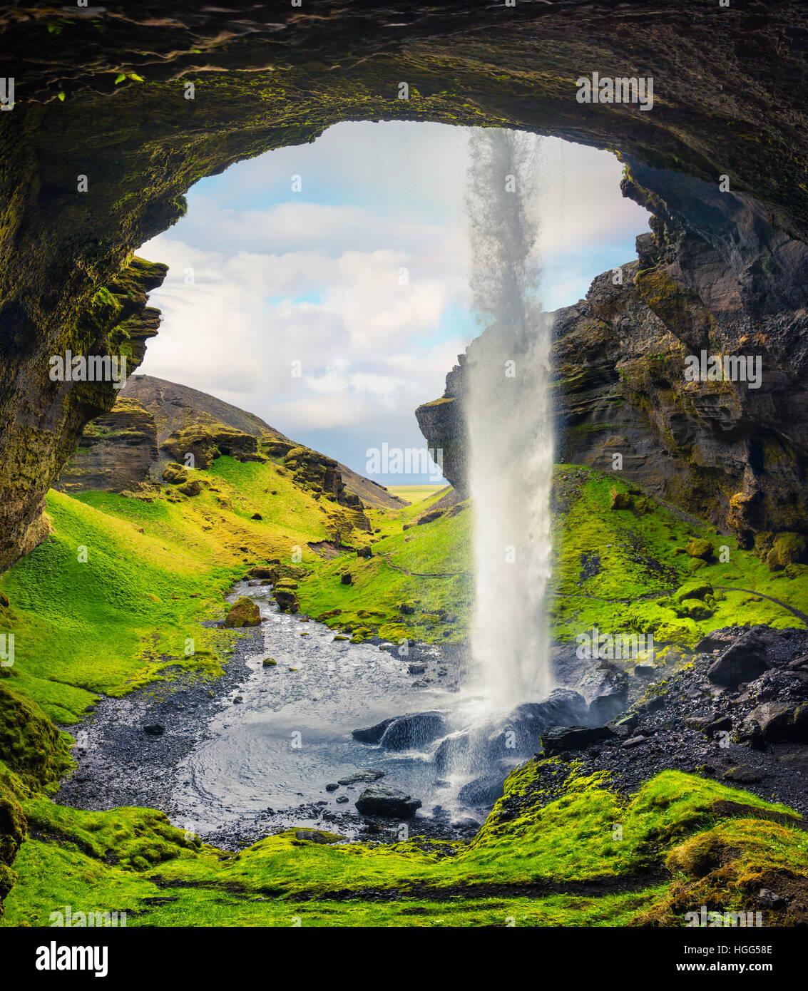 Matin coloré vue depuis le milieu de l'Kvernufoss cascade. Scène majestueuse dans le sud de l'Islande, Photo Stock