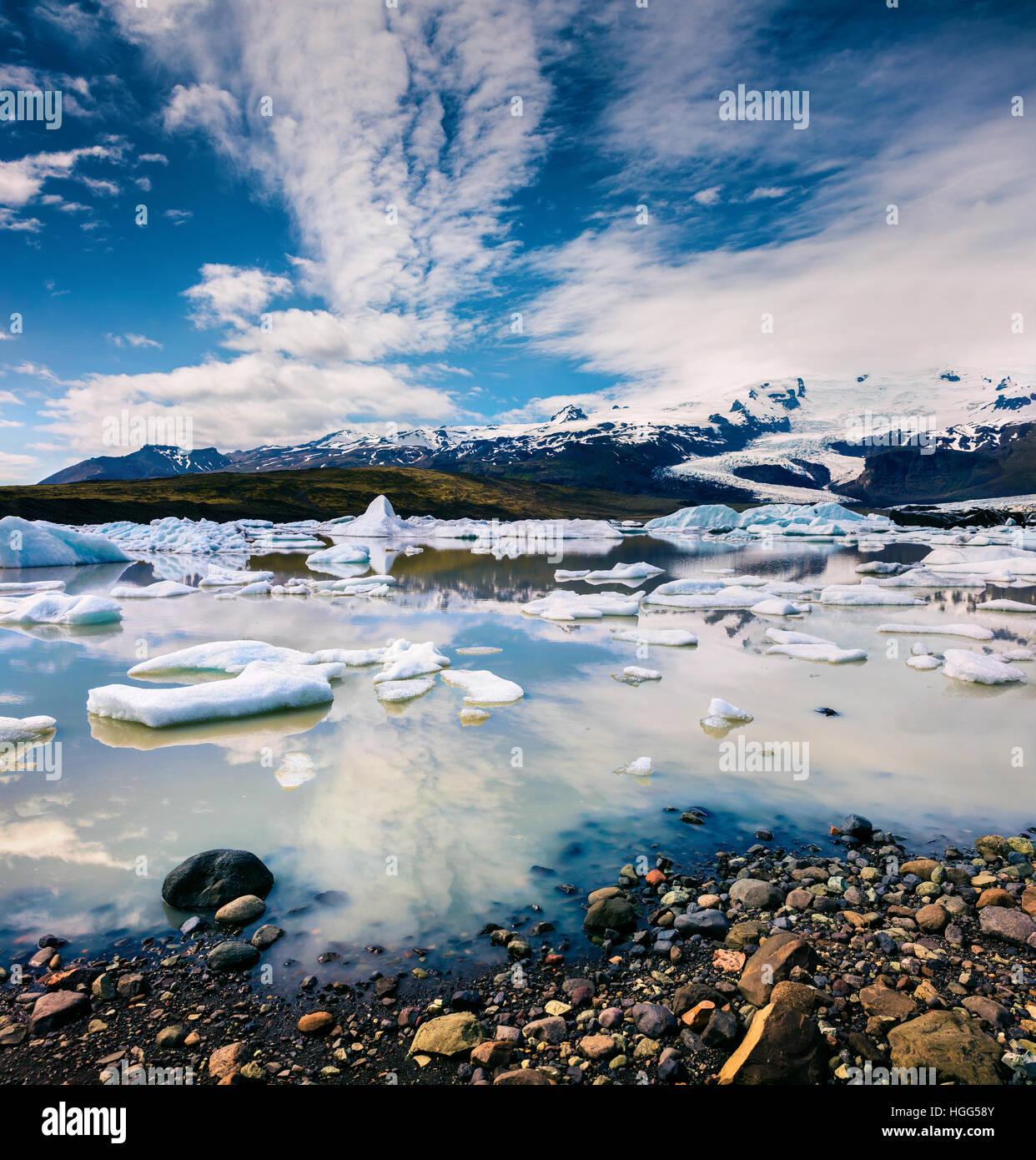 Fort de glace flottant sur la lagune glaciaire Fjallsarlon. Matin ensoleillé dans le Parc National de Vatnajökull, Photo Stock