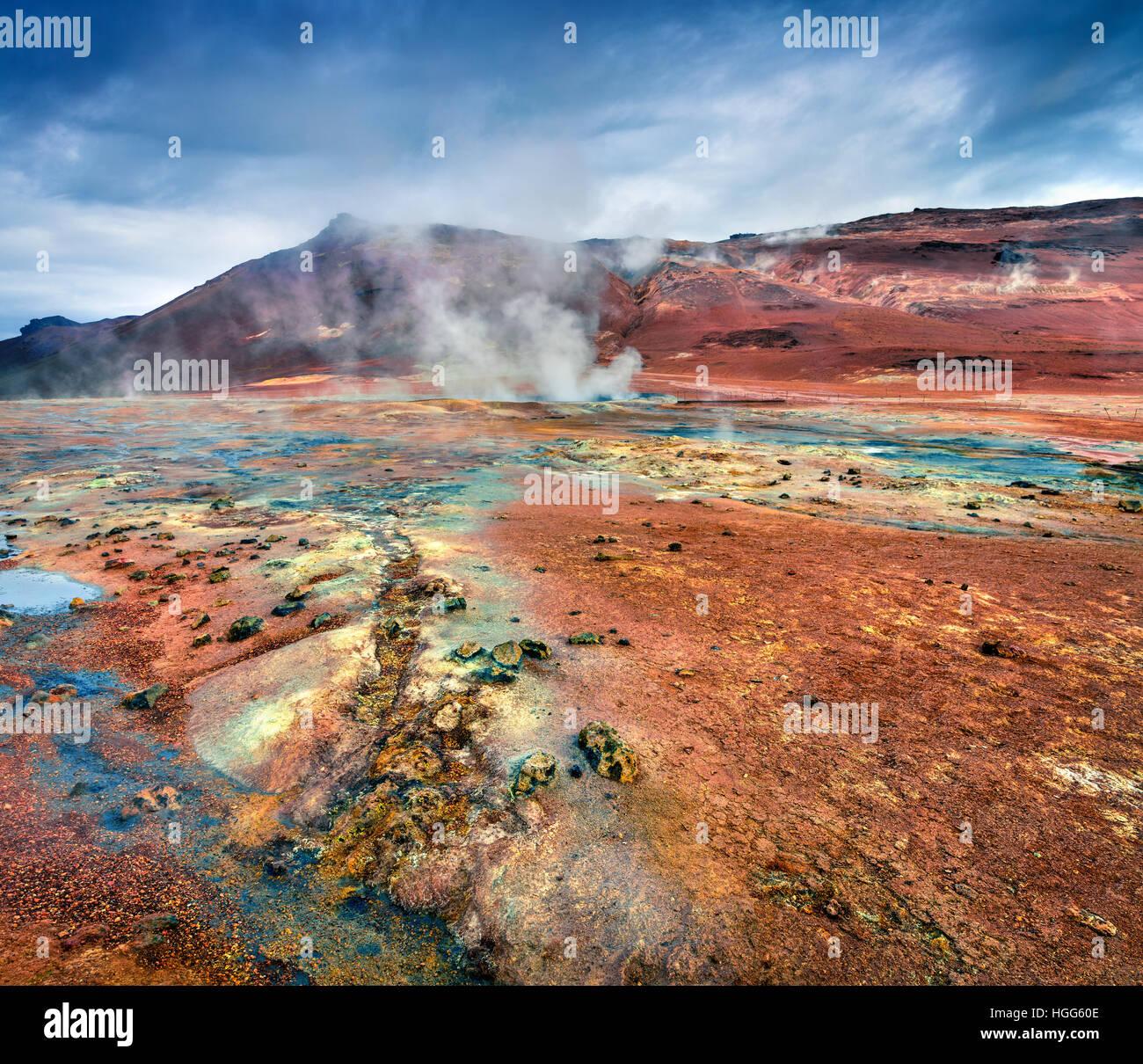Le fumarole dans la vallée géothermique Hverarond, situé près de Reykjahlid village dans le Photo Stock