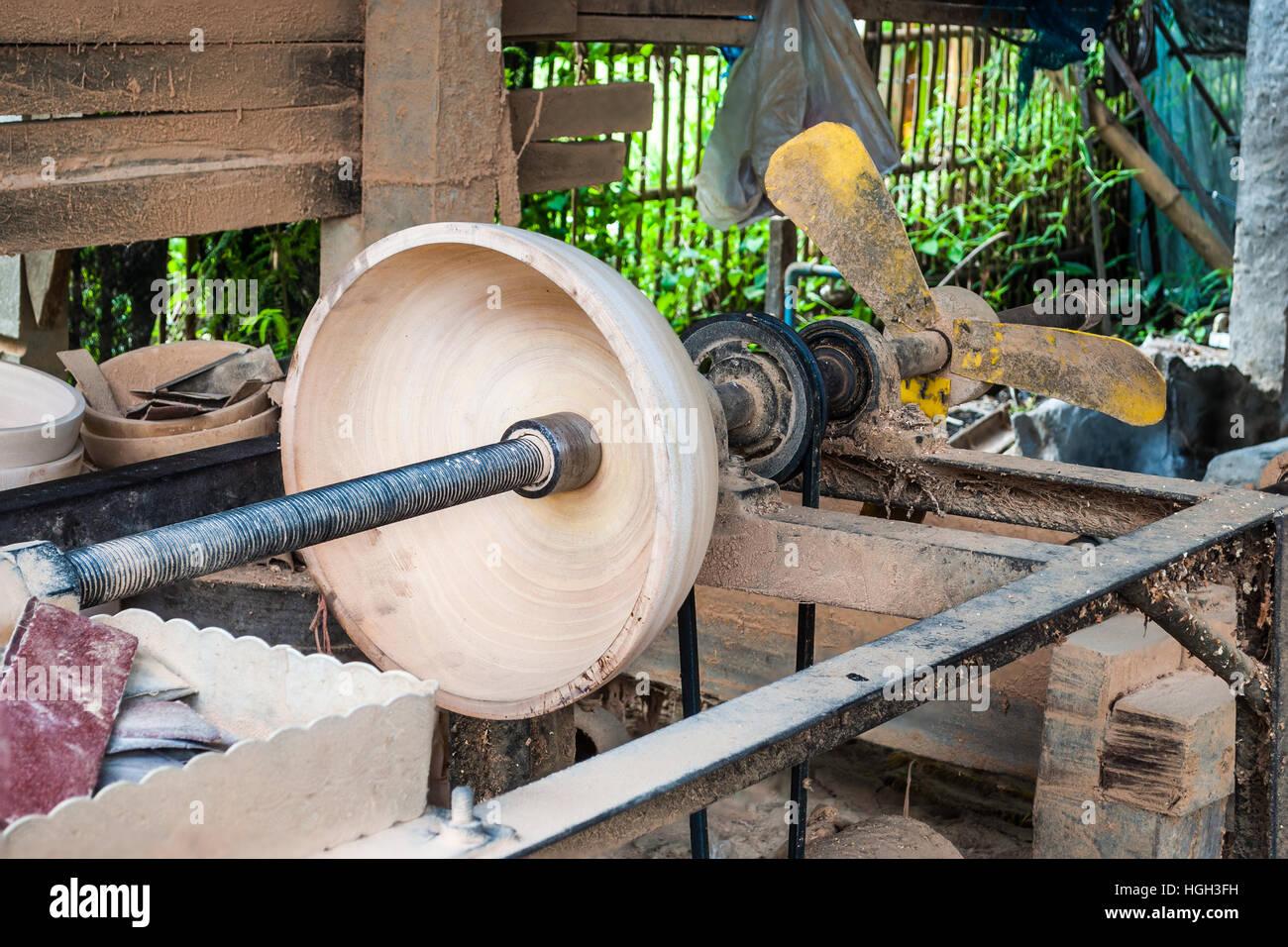 Bol En Bois En Bois Fait Maison Machine De Tour Dans La Campagne - Tour a bois fait maison