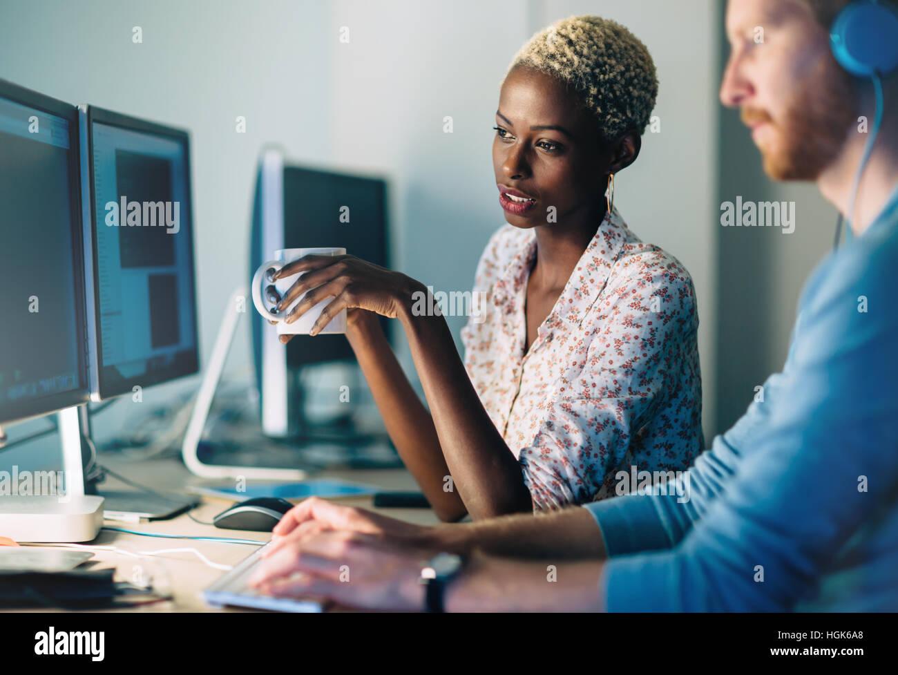 Les programmeurs coopérer au développement d'apps d'entreprise il Banque D'Images