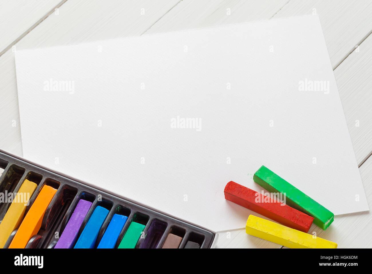 Craies pastel et aquarelle sur papier blanc feuille de tableau blanc sur sketchbook Banque D'Images