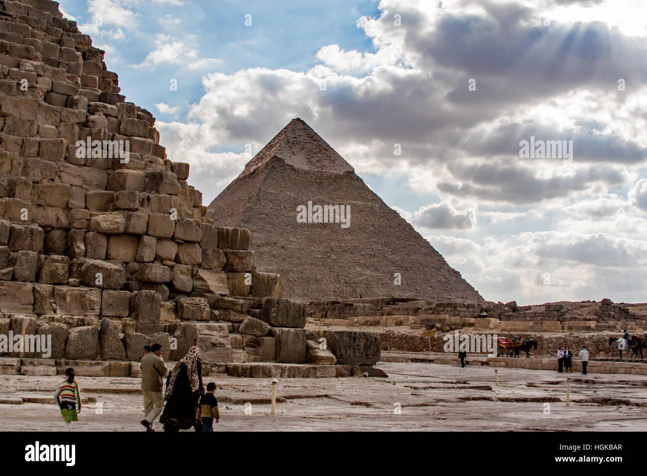 Visiter les grandes pyramides de Gizeh au Caire est populaire auprès des habitants et touristes. Construit Photo Stock