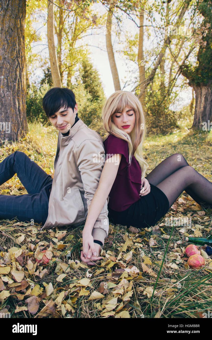 Jeune couple dans une date dans un magnifique place naturelle en automne Photo Stock