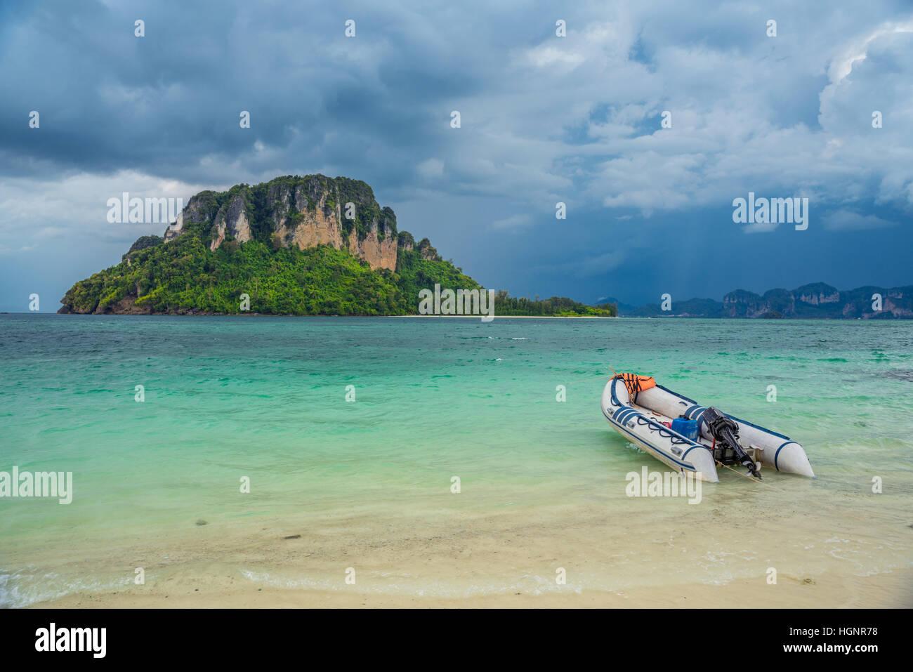 Navire à moteur gratuit sur plage avec ciel tempête sur la mer Photo Stock