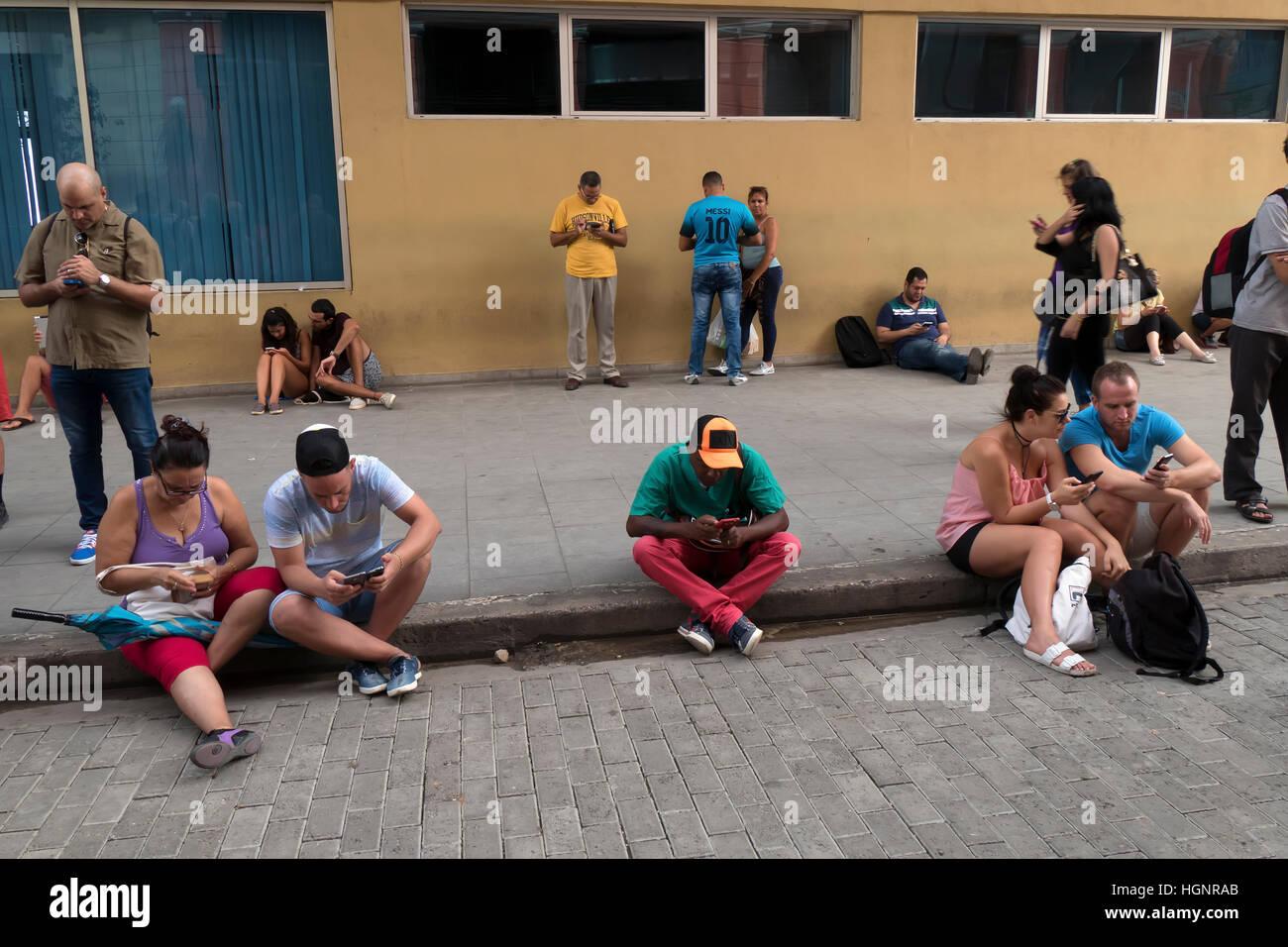 La Havane, Cuba. Peuple cubain en utilisant les téléphones mobiles, les téléphones portables, Photo Stock