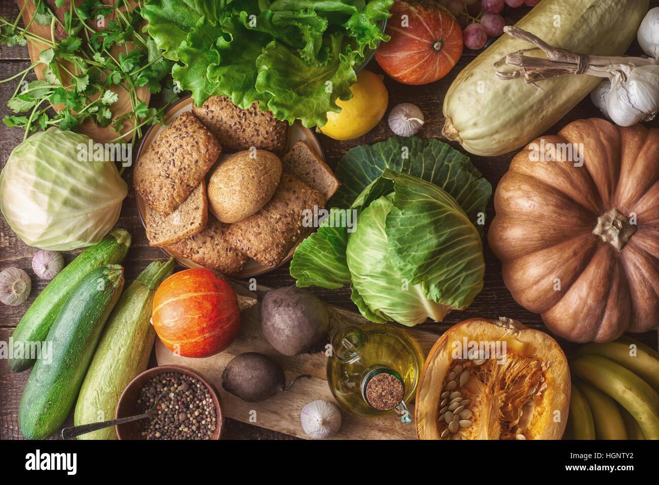 Un pain de grains avec différents légumes sur la table en bois Vue de dessus. Concept de l'alimentation Photo Stock