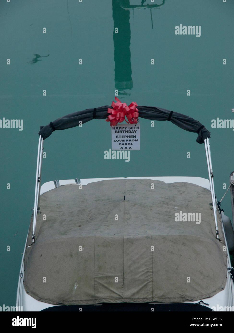 Un bateau, donné comme un cadeau d'anniversaire, est amarré dans le port de plaisance de Brighton Photo Stock
