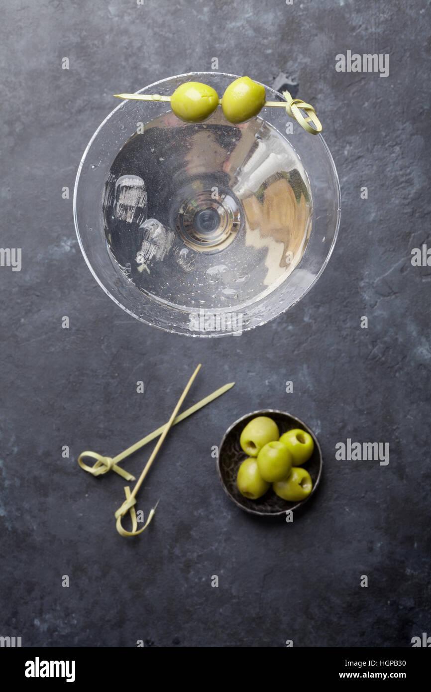 Cocktail Martini sur pierre sombre tableau. Vue d'en haut Banque D'Images