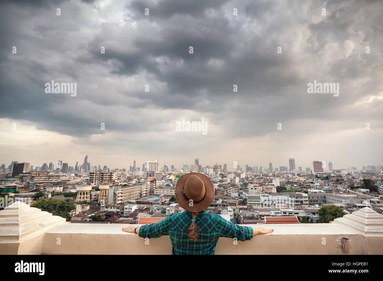 Woman in hat tourisme vert et à la chemise à carreaux à Bangkok City panorama avec gratte-ciel du Photo Stock
