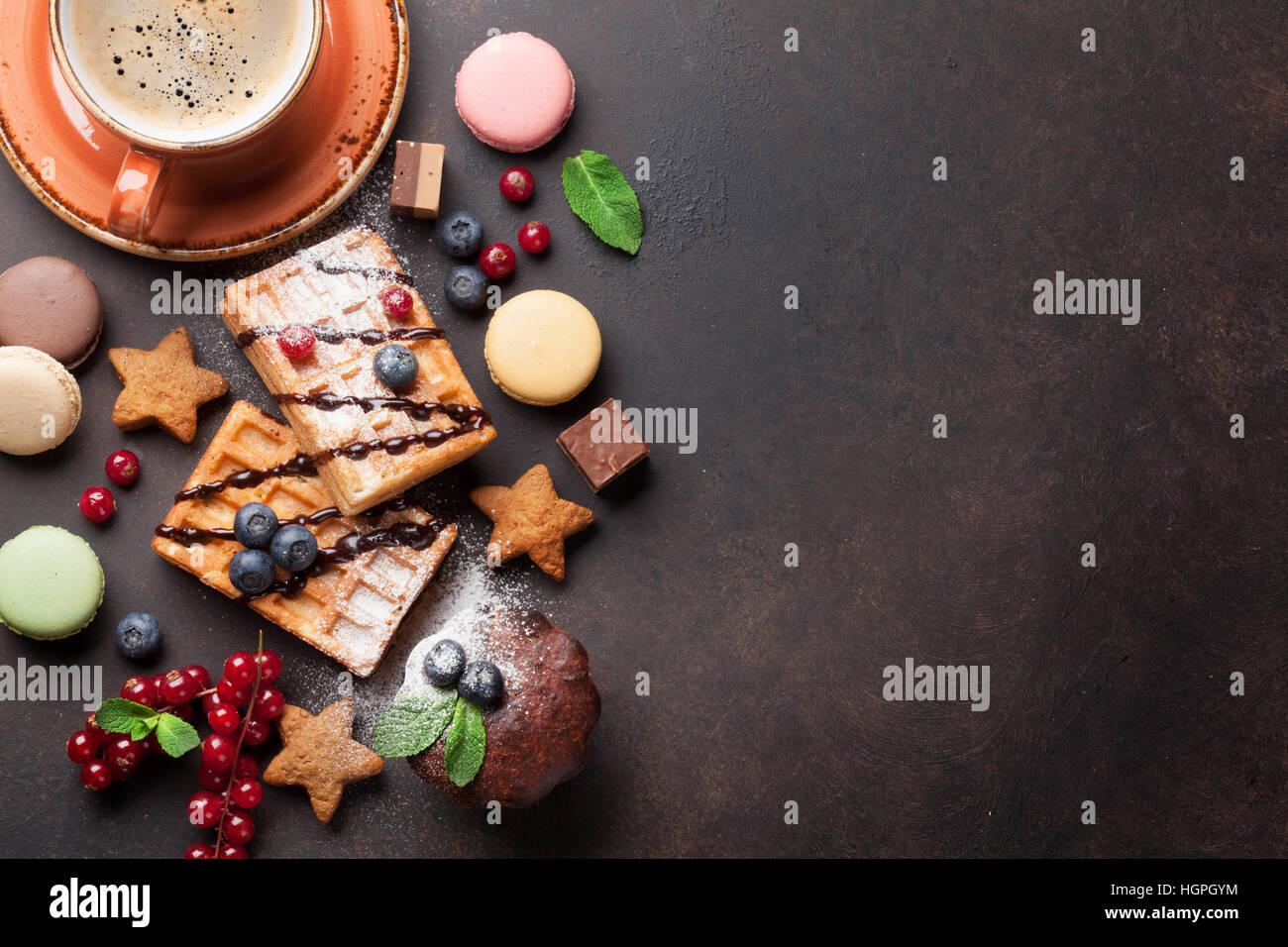 Café avec des gaufres et des bonbons. Vue de dessus avec l'exemplaire de l'espace pour votre texte Photo Stock