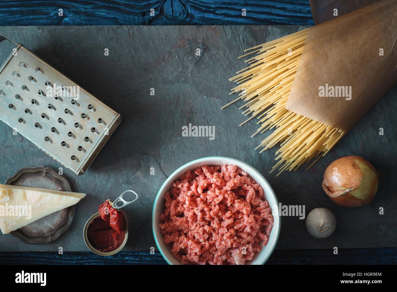 Ingrédients pour spaghetti avec meatball sur la pierre horizontale d'arrière-plan Photo Stock