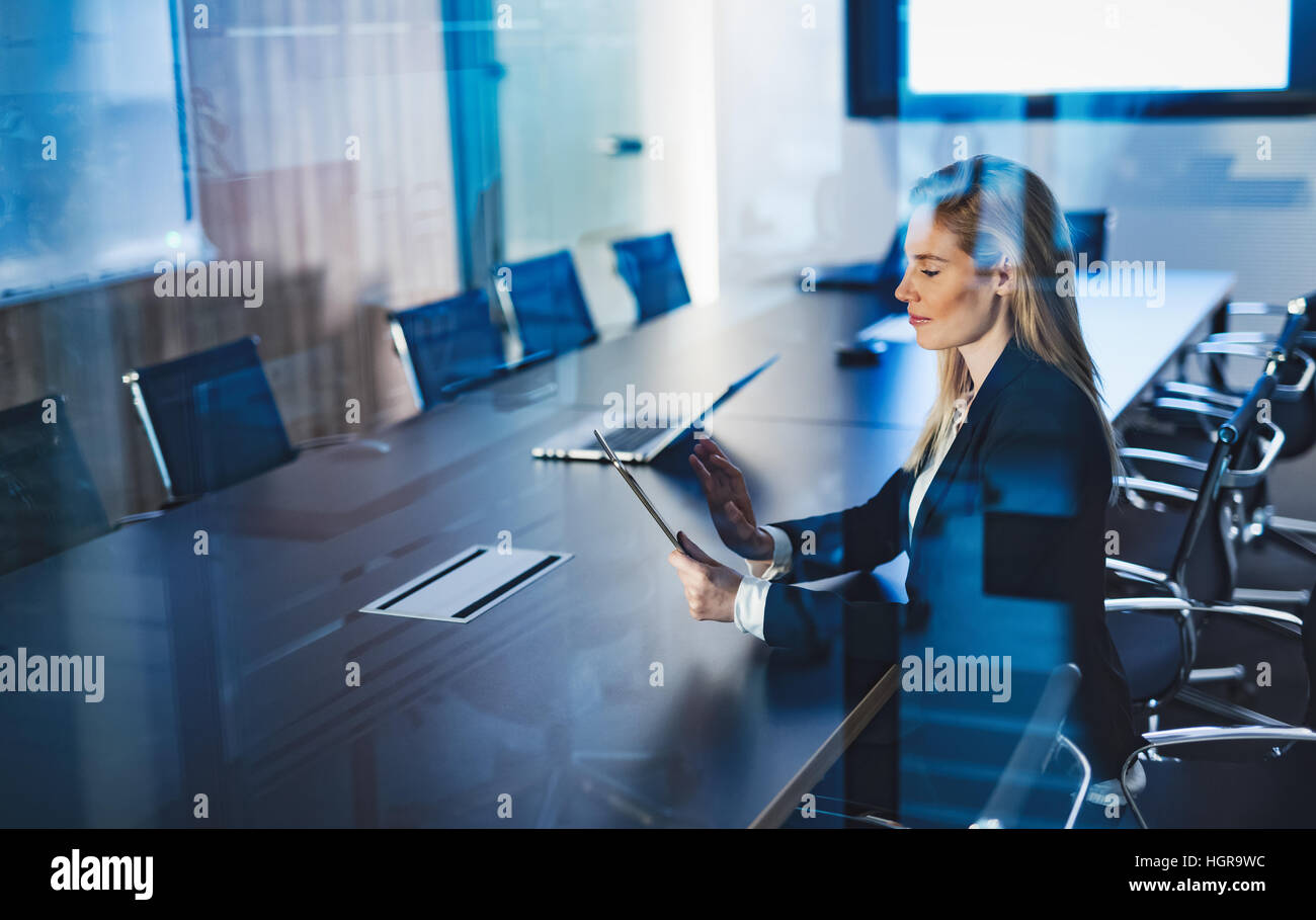 Businesswoman using tablet professionnel dans la salle de conférence Photo Stock