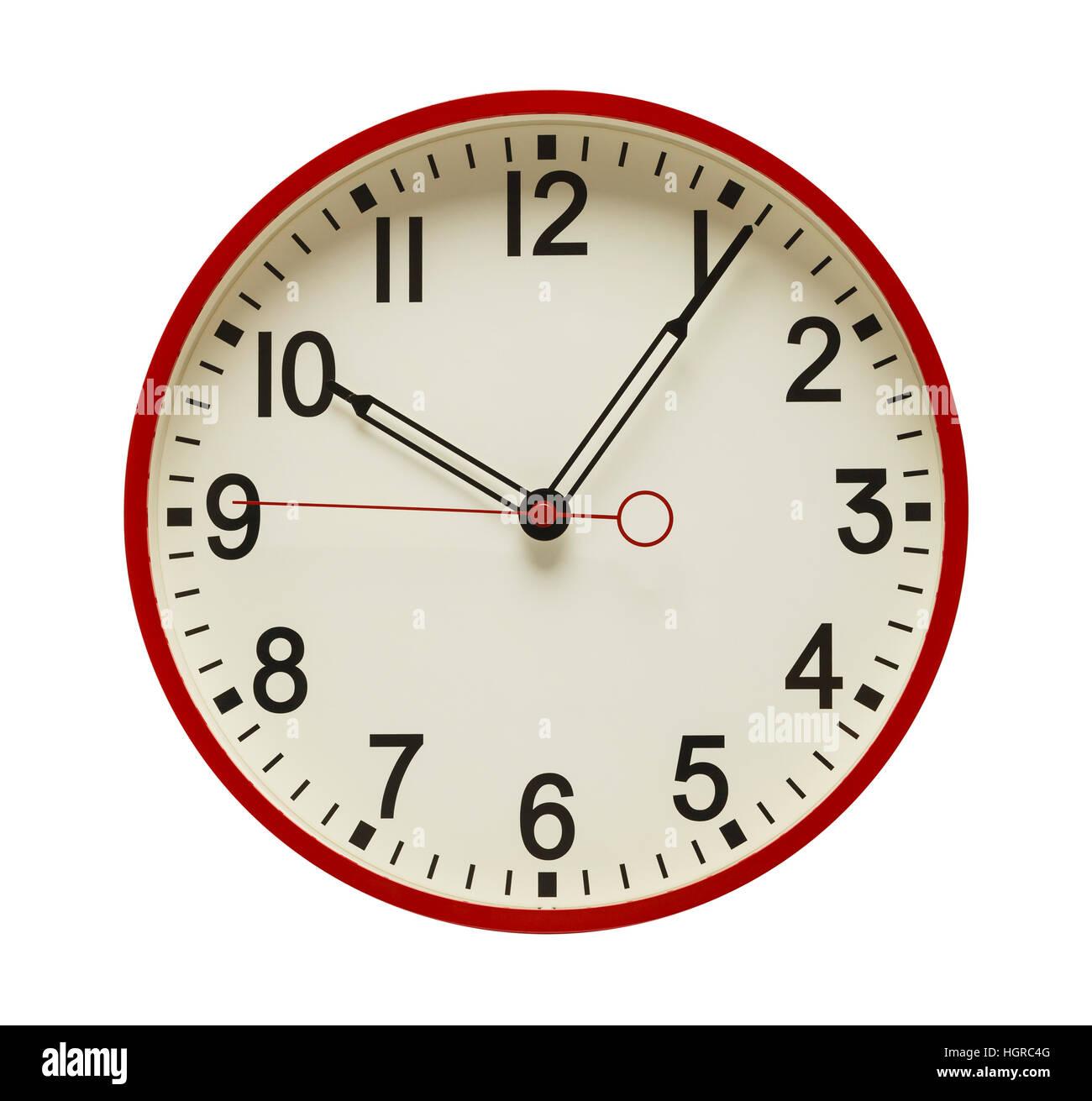 Horloge murale cadran rond rouge isolé sur fond blanc. Photo Stock