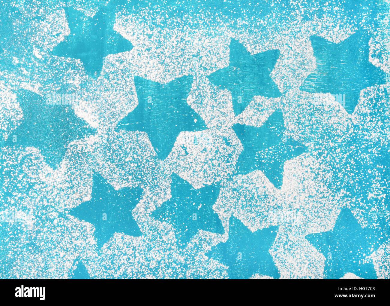 Des biscuits en forme d'étoiles sur fond bleu lumineux silhouettes Photo Stock